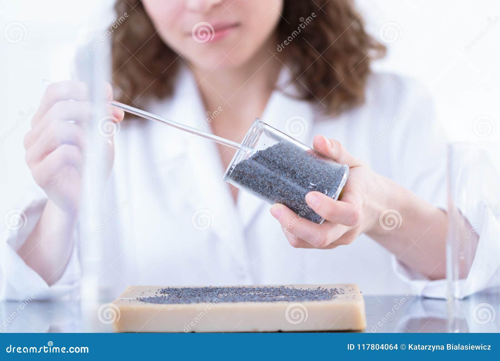 Chemicus die steekproef in laboratorium analyseren