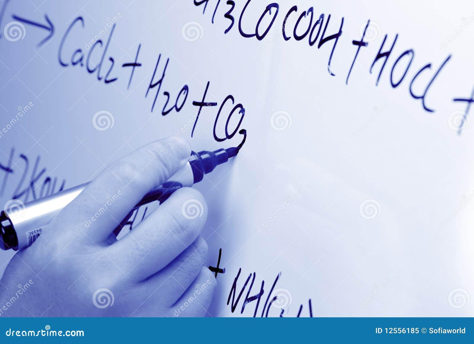 Chemicznej formuły ręki whiteboard pisze