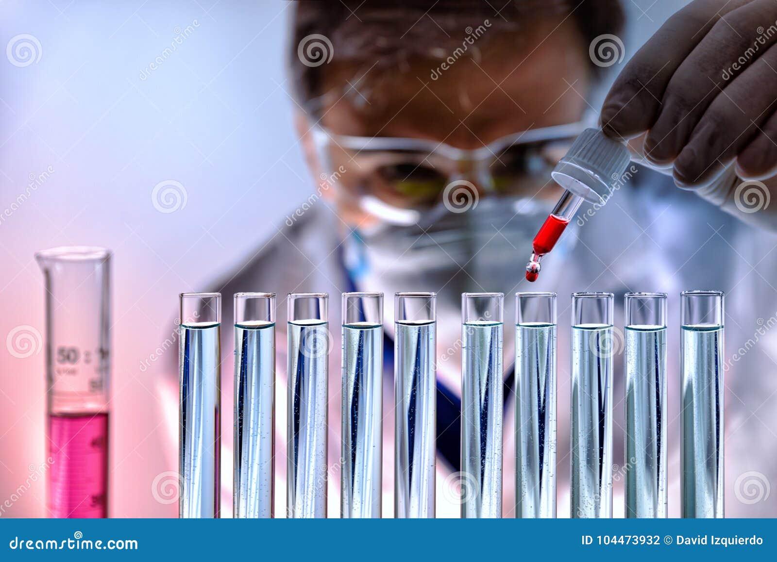 Chemikalie, die verschiedene Substanzen in der Laborfront analysiert