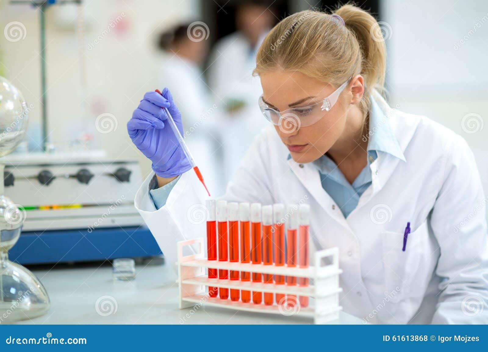 Chemiker, der Probe mit Pipette entnimmt