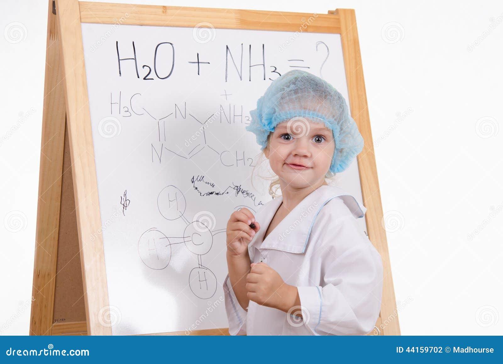 Chemiker schreibt Formeln auf eine Tafel