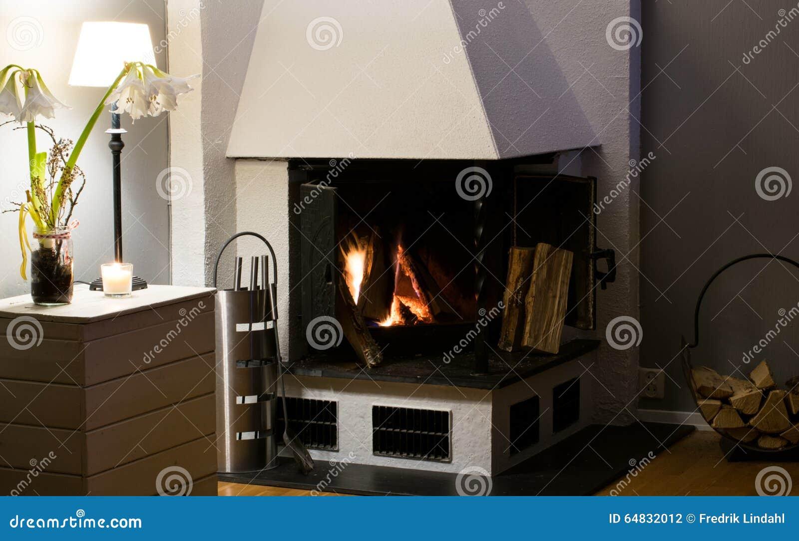 Cheminée à l intérieur du bois brûlant à la maison