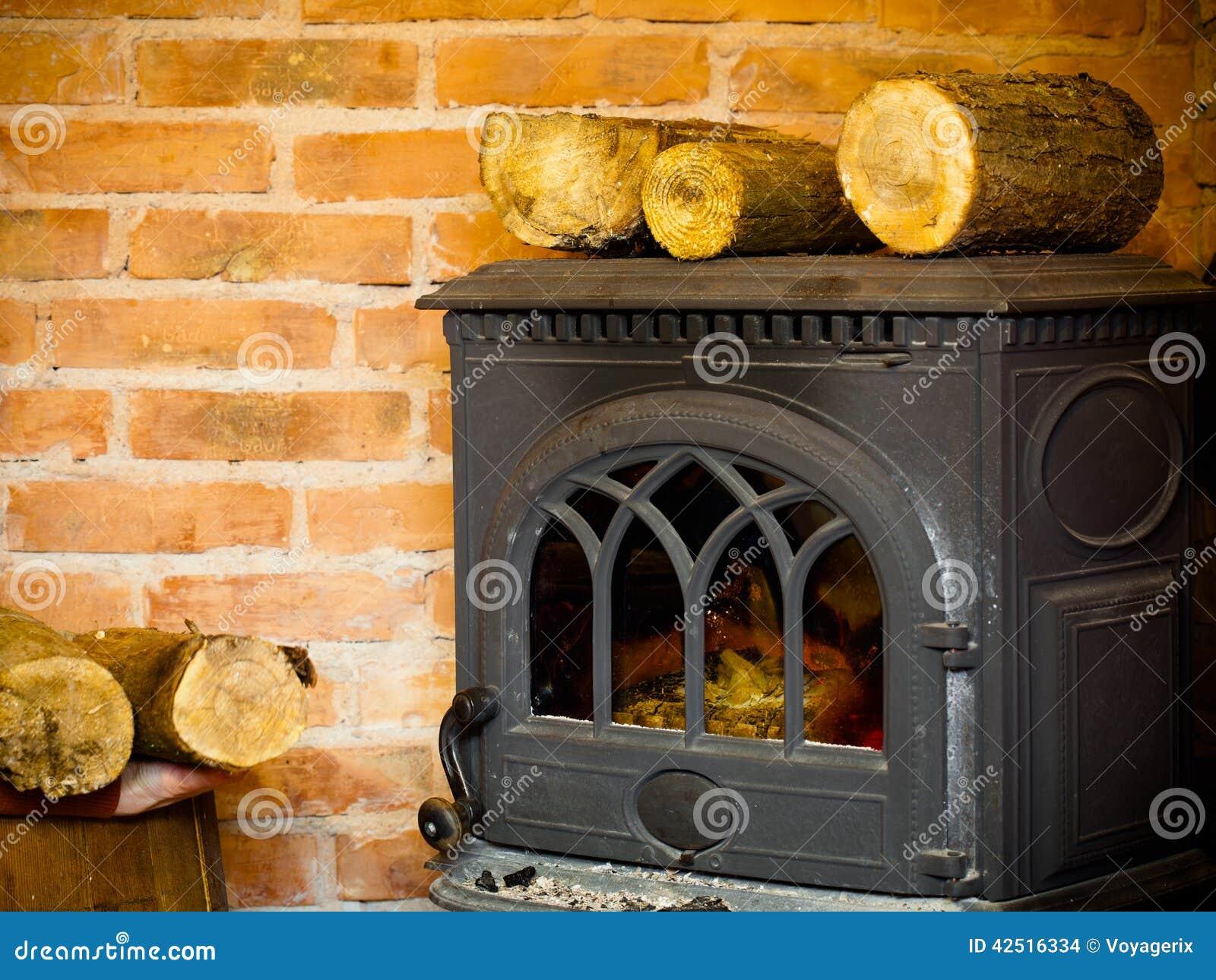 Chemin e avec l 39 int rieur de flamme et de bois de for Cheminee feu de bois