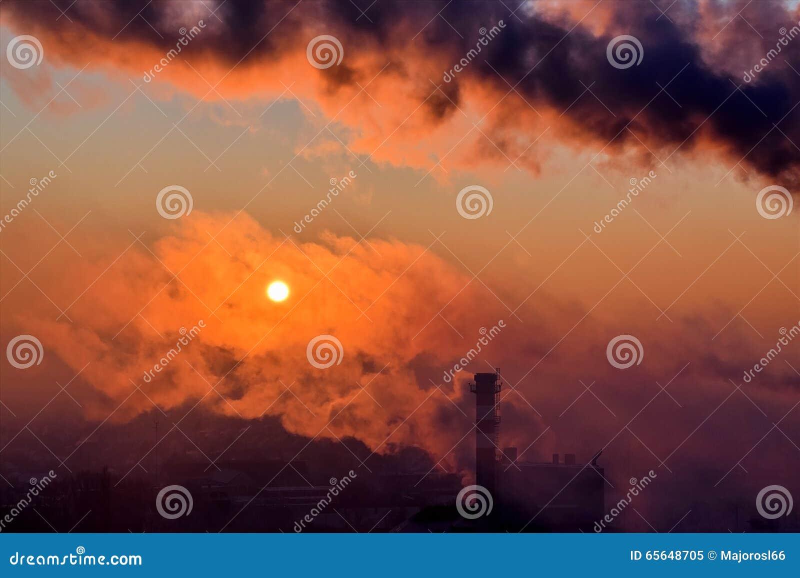 Cheminée d évacuation des fumées de tabagisme au lever de soleil