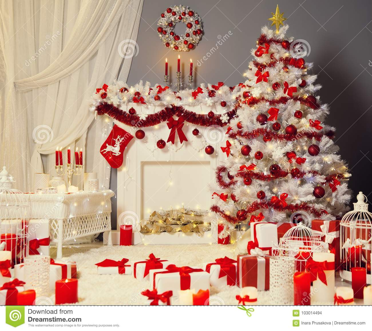 Chemin e d 39 arbre de no l salon de no l d coration d 39 endroit du feu photo stock image du - Deco noel salon ...