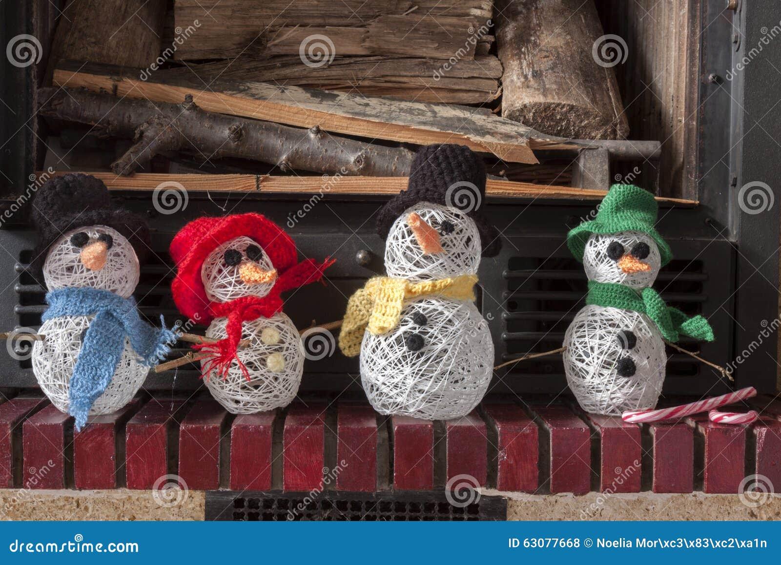 Download Cheminée De Bonhomme De Neige De Métiers De Décorations De Noël Photo stock - Image du coton, écharpe: 63077668