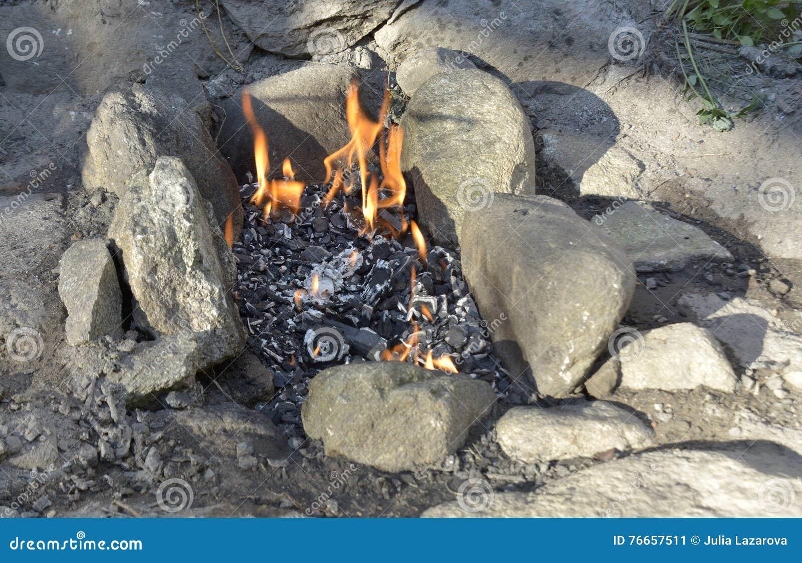 Cheminée extérieure avec le feu en août 2016 brûlant