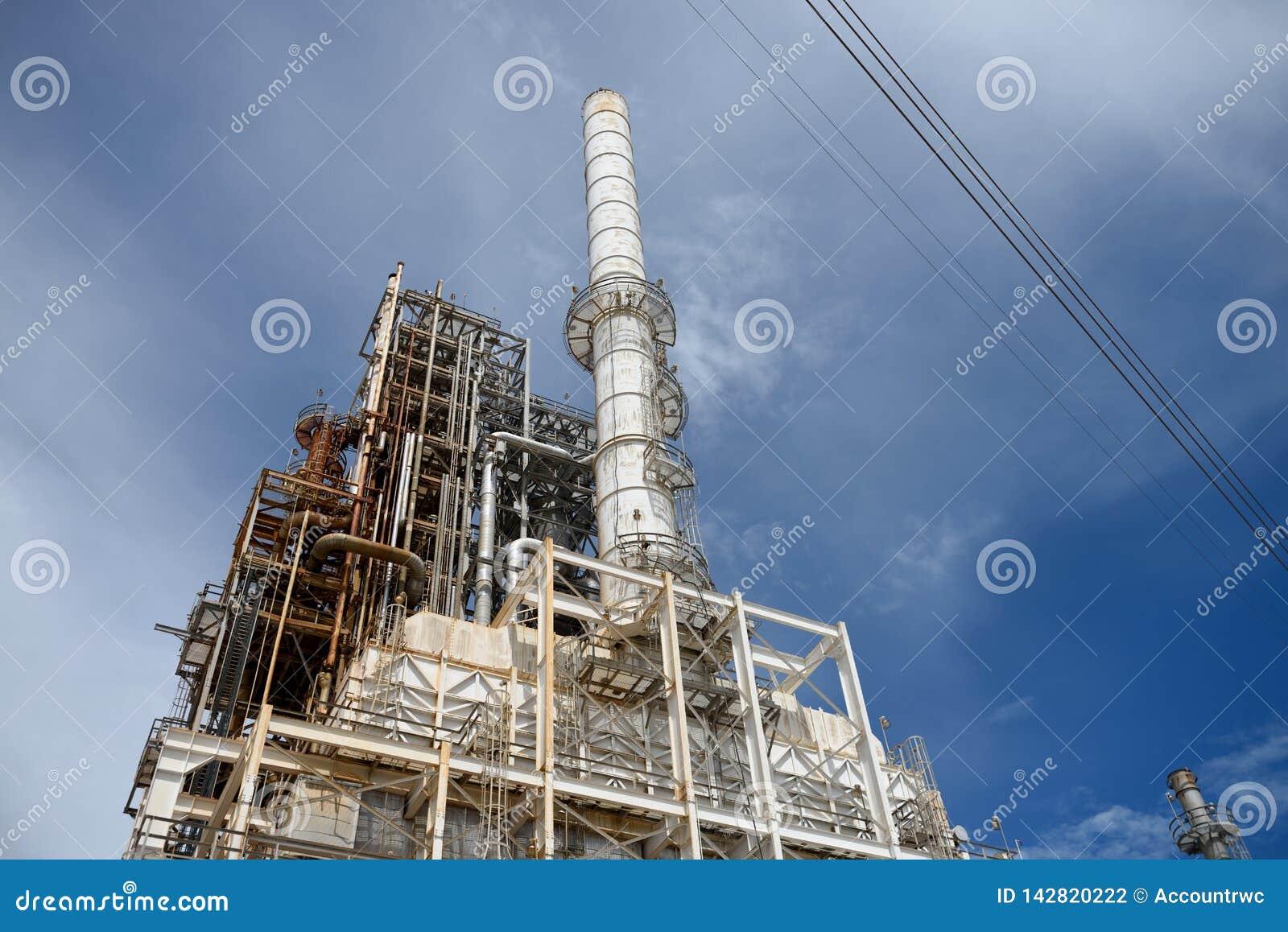 Cheminees D Evacuation Des Fumees Petrochimiques Industrielles De Raffinerie De Petrole Et De Gaz Tours Et Tuyaux Photo Stock Image Du Evacuation Petrole 142820222