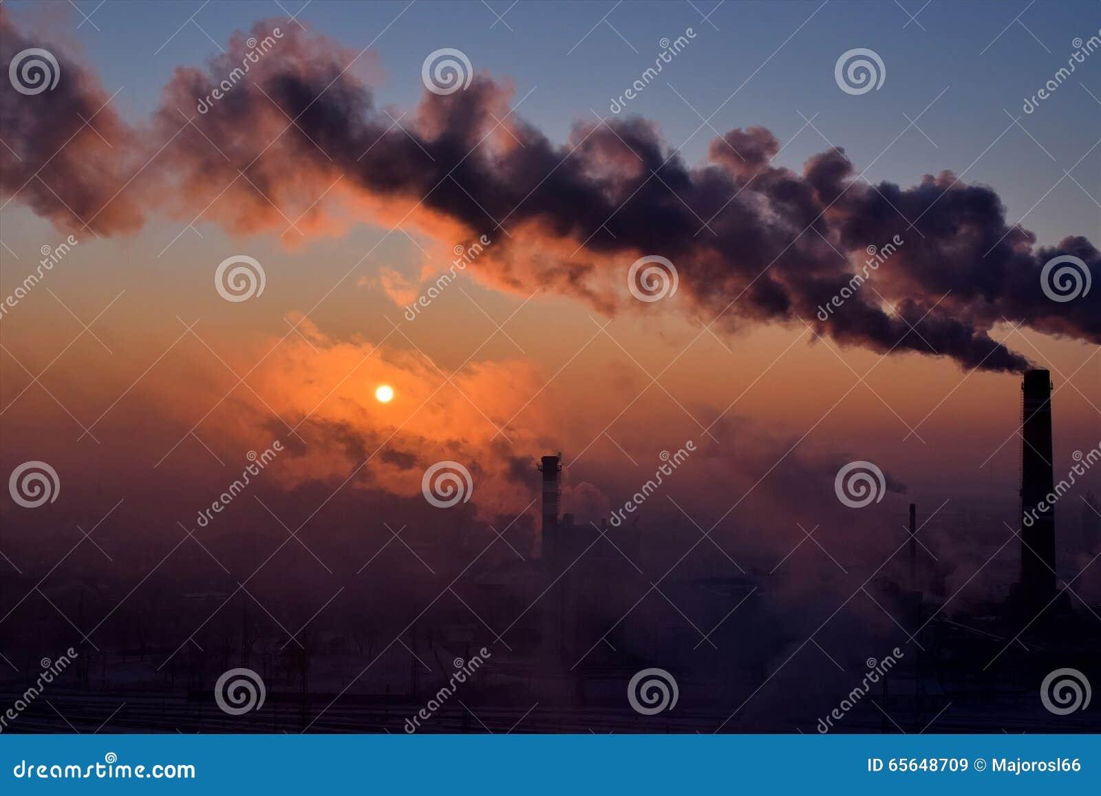 Cheminées de tabagisme au lever de soleil