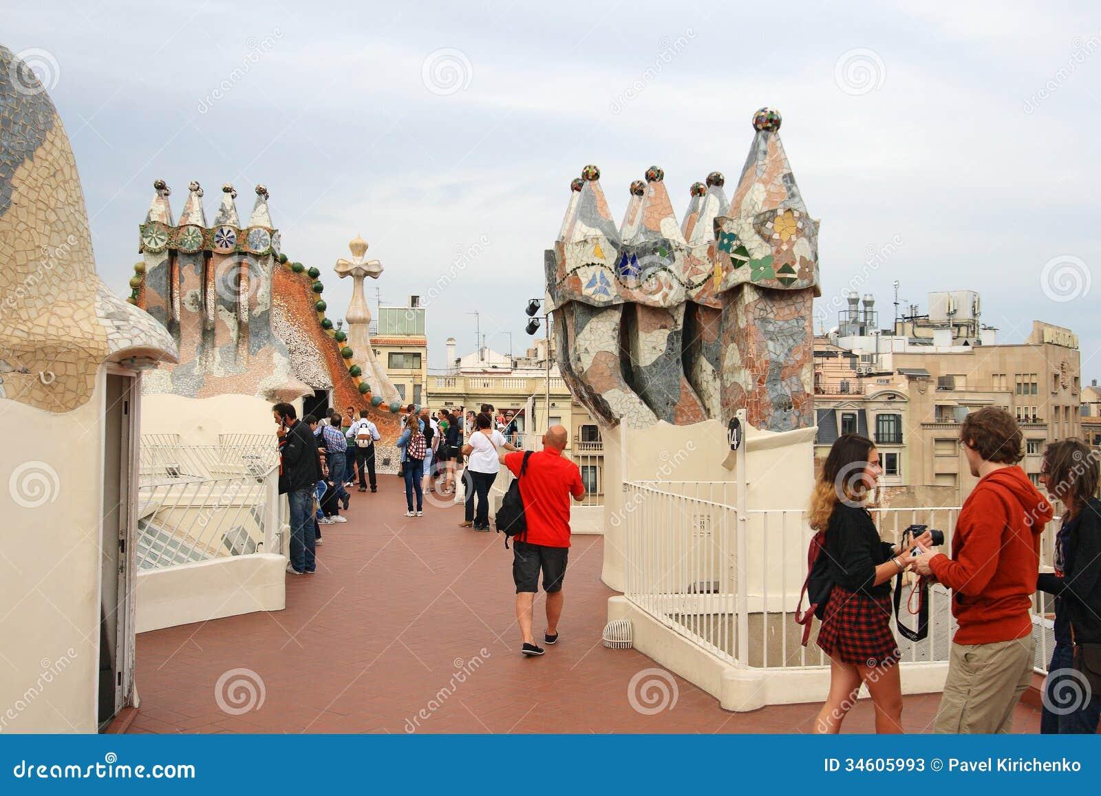 Chemin es sur le dessus de toit de la maison batllo de - La maison barcelona ...