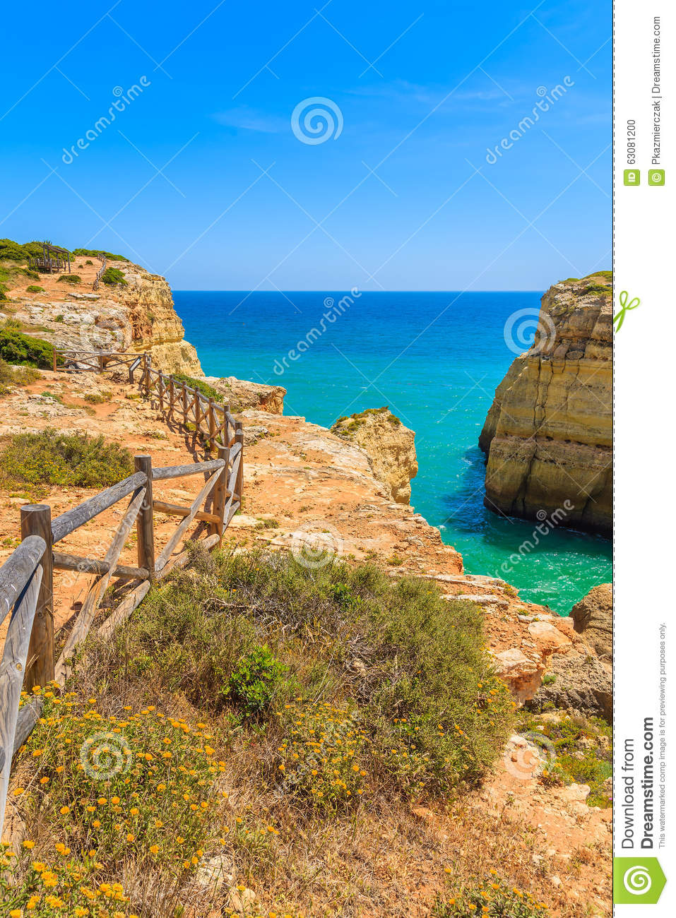 Download Chemin Bleu De Mer Et De Falaise Photo stock - Image du côte, vert: 63081200