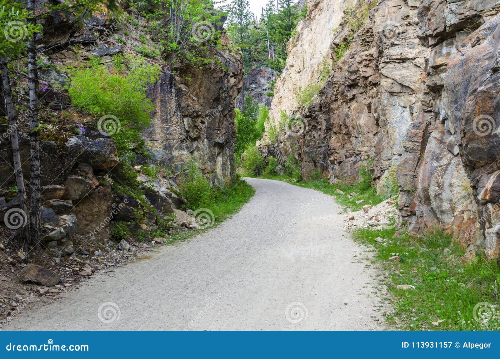Chemin de gravier à travers une gorge