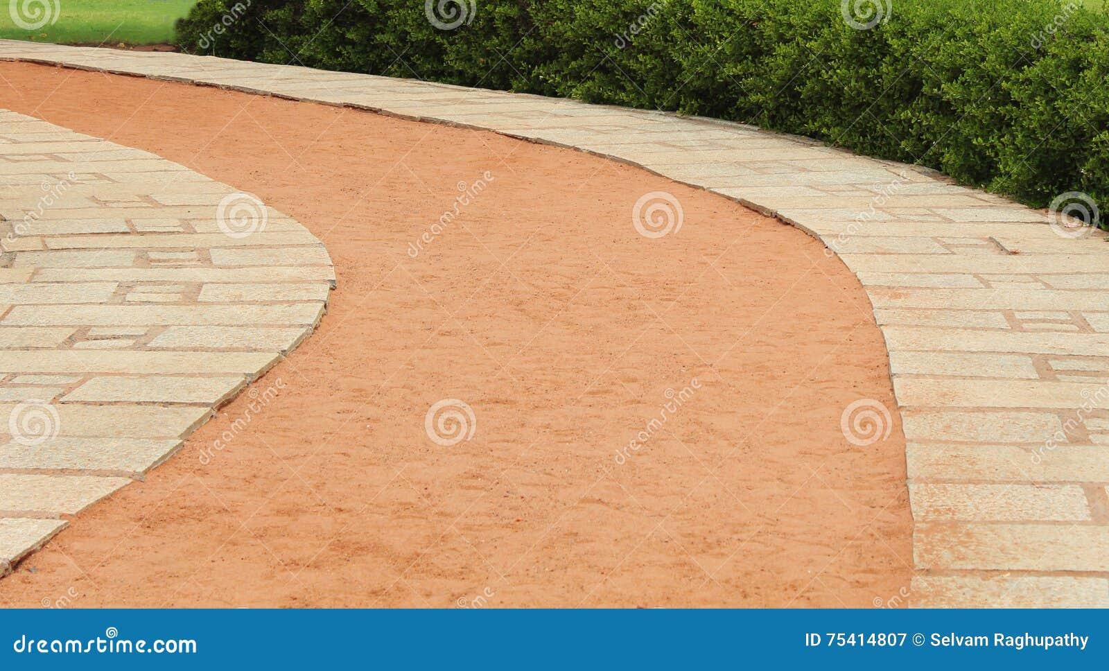 Chemin de pierre de courbe de plage