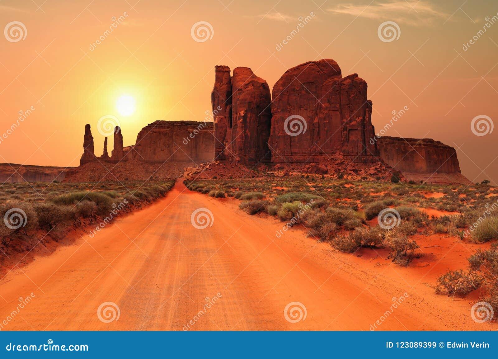 Chemin de terre en parc tribal de vallée de monument, Utah, Etats-Unis