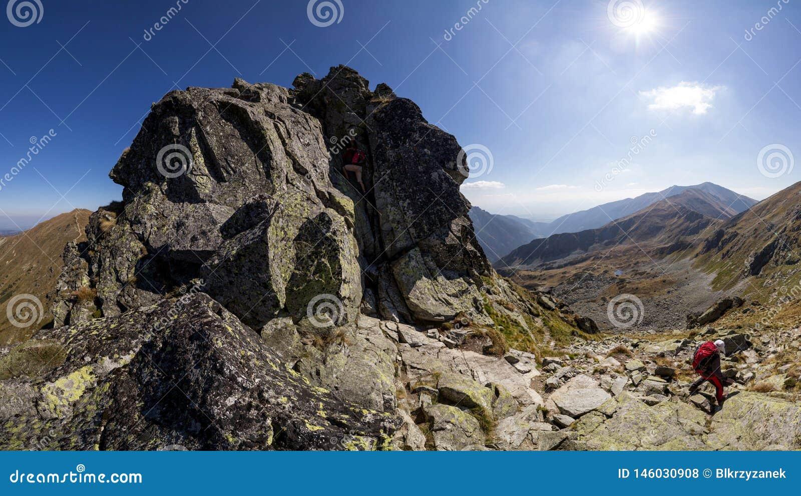 Chemin difficile en montagnes