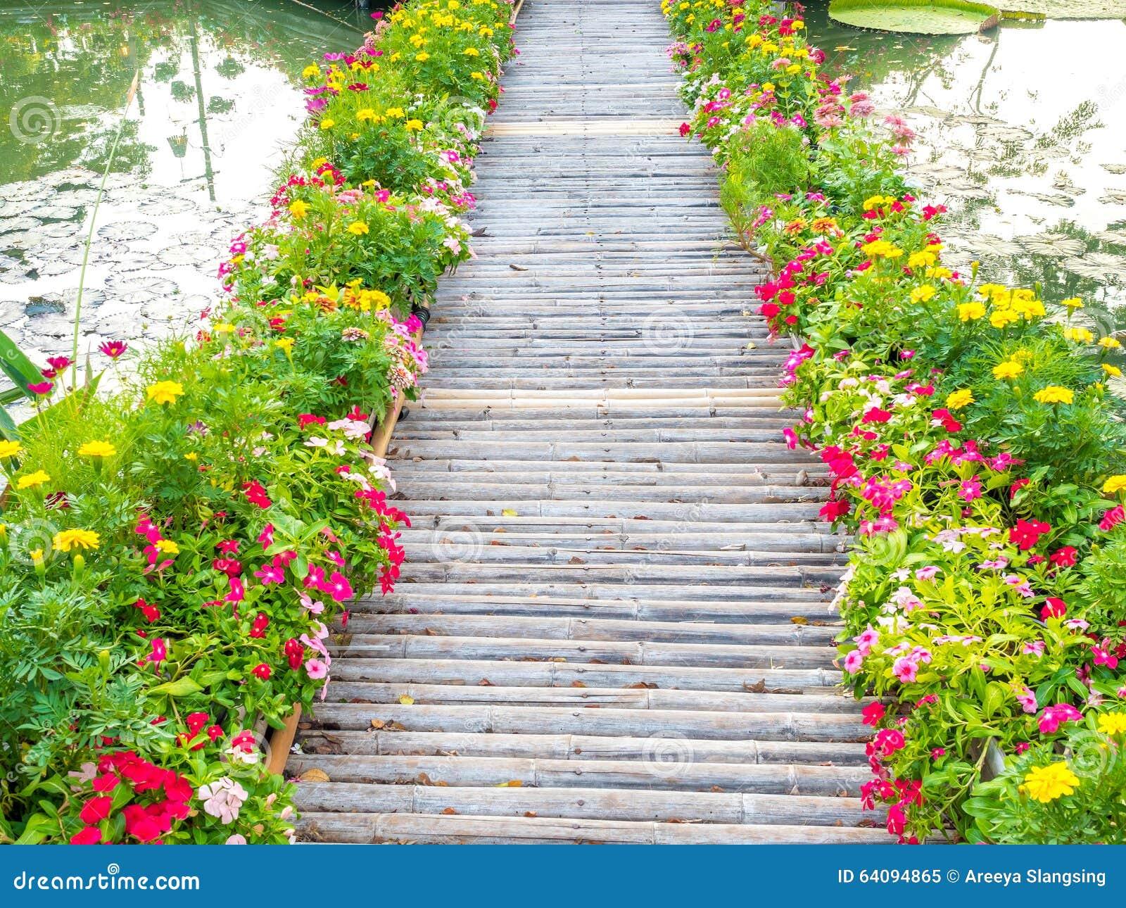 chemin en bois avec de belles fleurs en parc photo stock. Black Bedroom Furniture Sets. Home Design Ideas