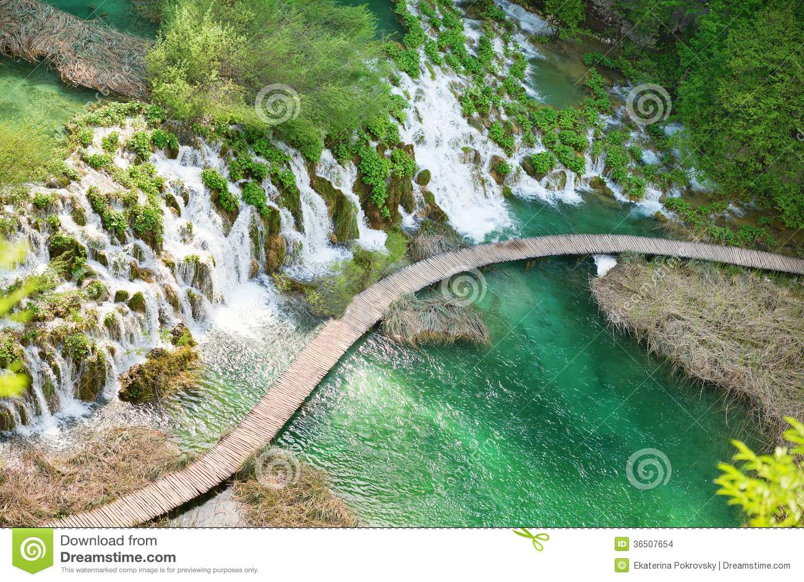 Chemin en bois en parc national de lacs Plitvice