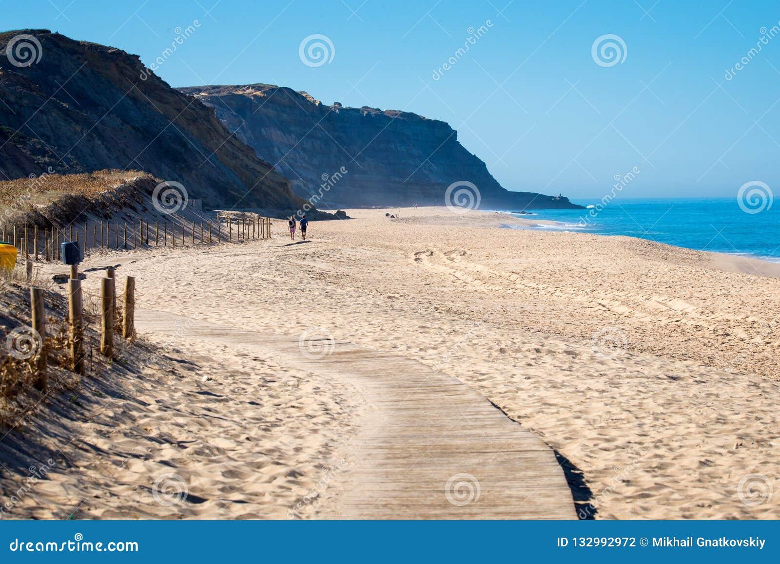 Chemin en bois sur le sable vers la mer Vacances et repos sur un concept de plage
