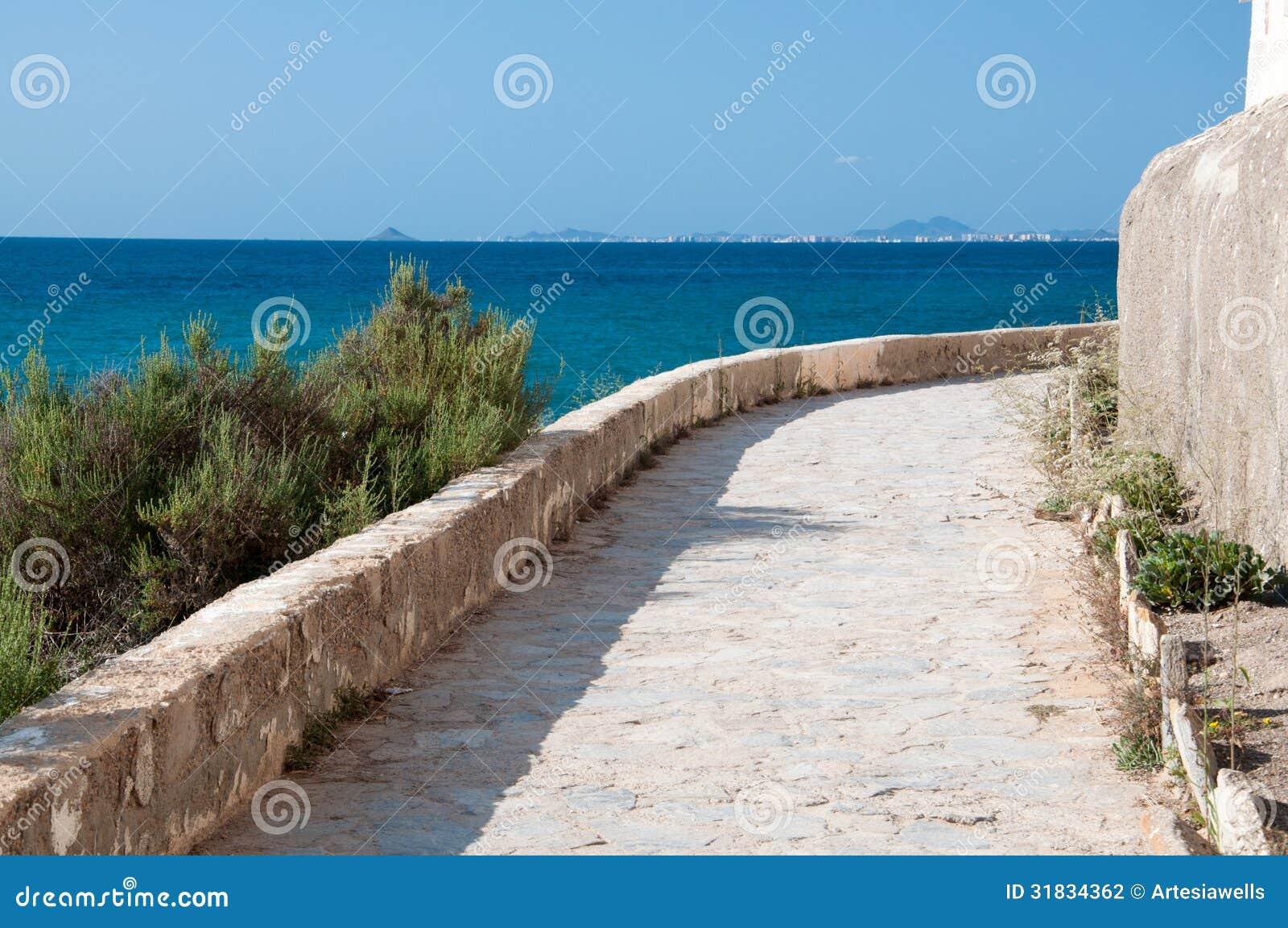 chemin en pierre blanc de trottoir le long de bord de la. Black Bedroom Furniture Sets. Home Design Ideas