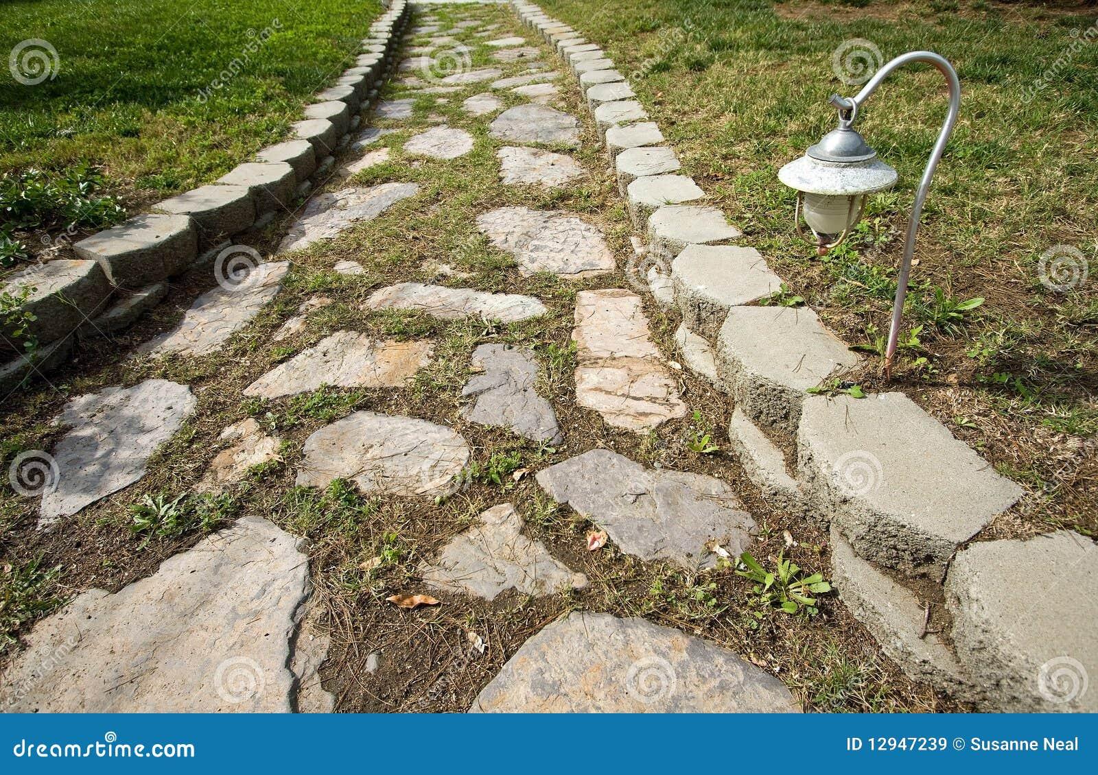 Chemin en pierre dans le jardin images libres de droits image 12947239 - Chemin de jardin en pierre ...