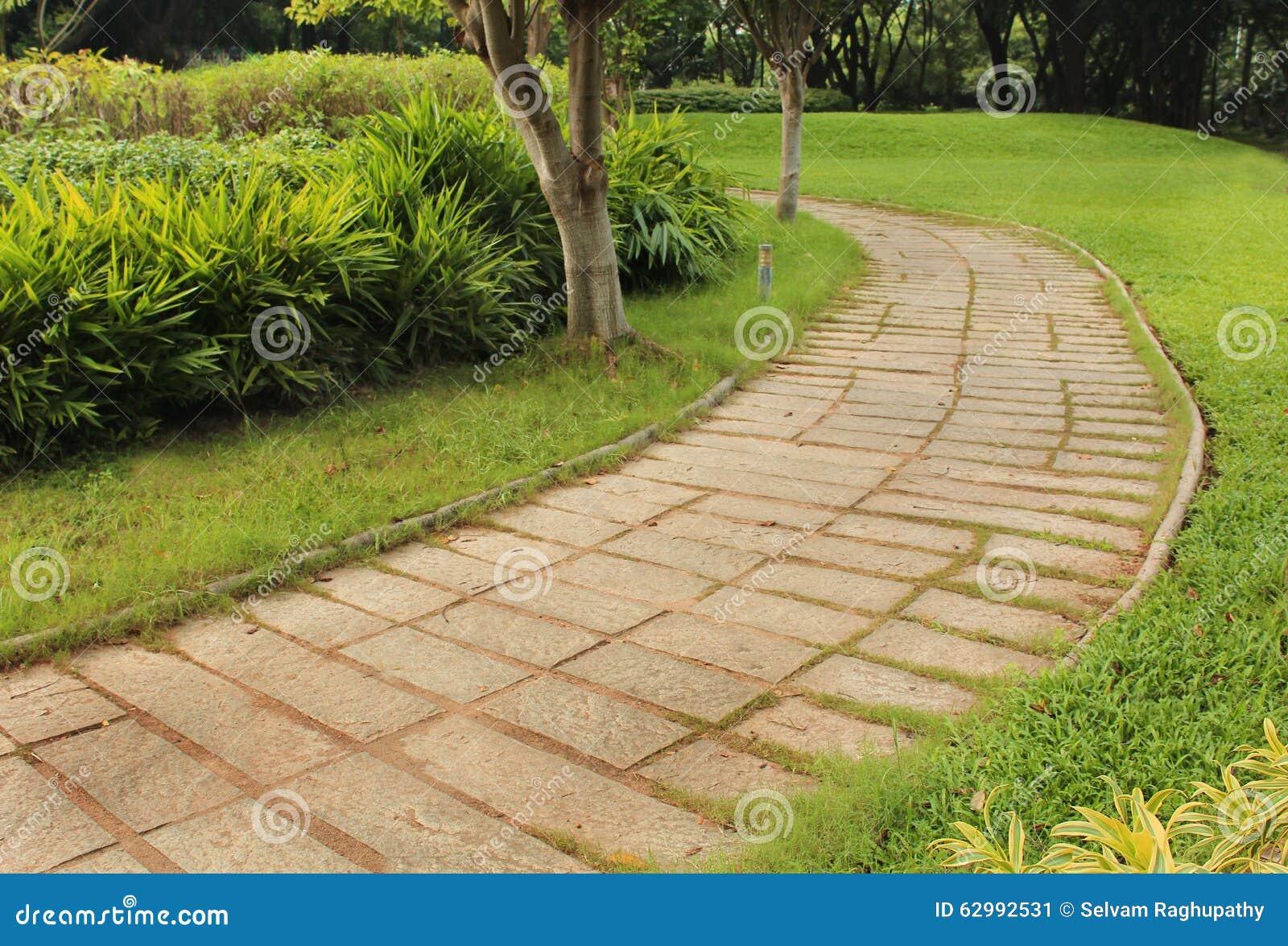 chemin en pierre de jardin photo stock image 62992531. Black Bedroom Furniture Sets. Home Design Ideas