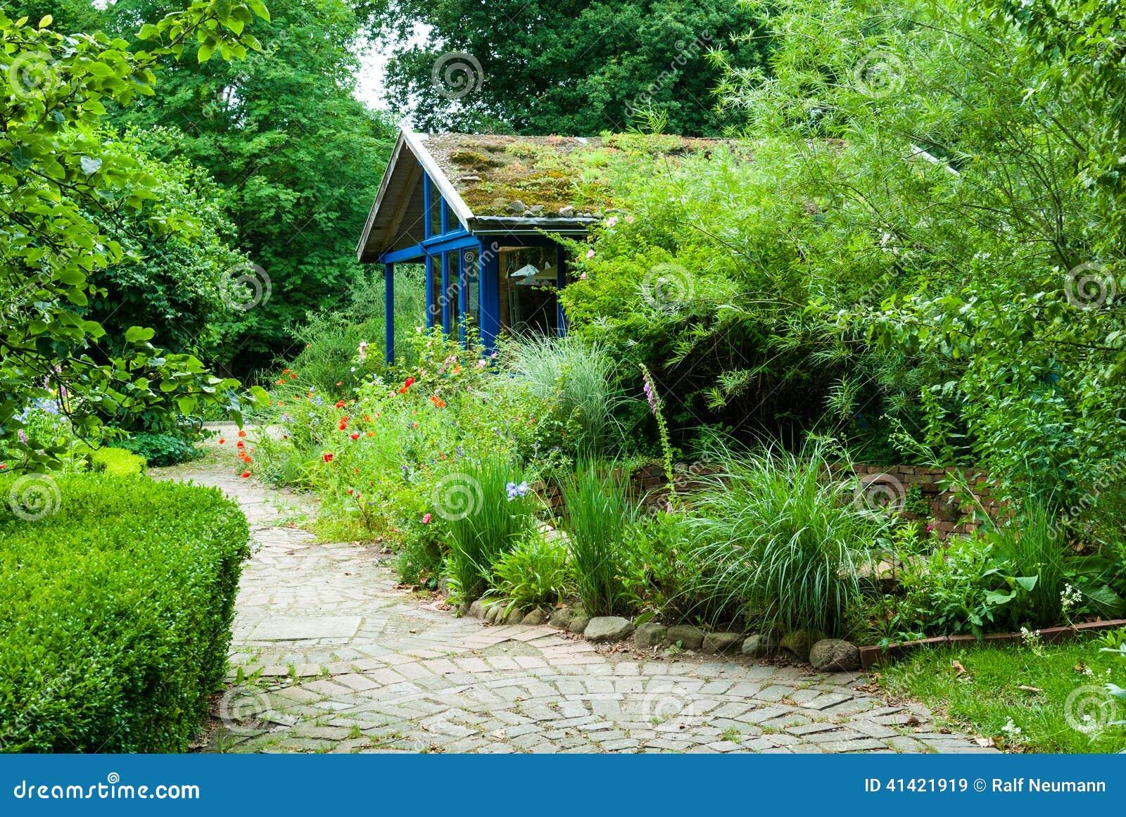 Chemin et cottage dans le jardin naturel image stock for Le jardin naturel