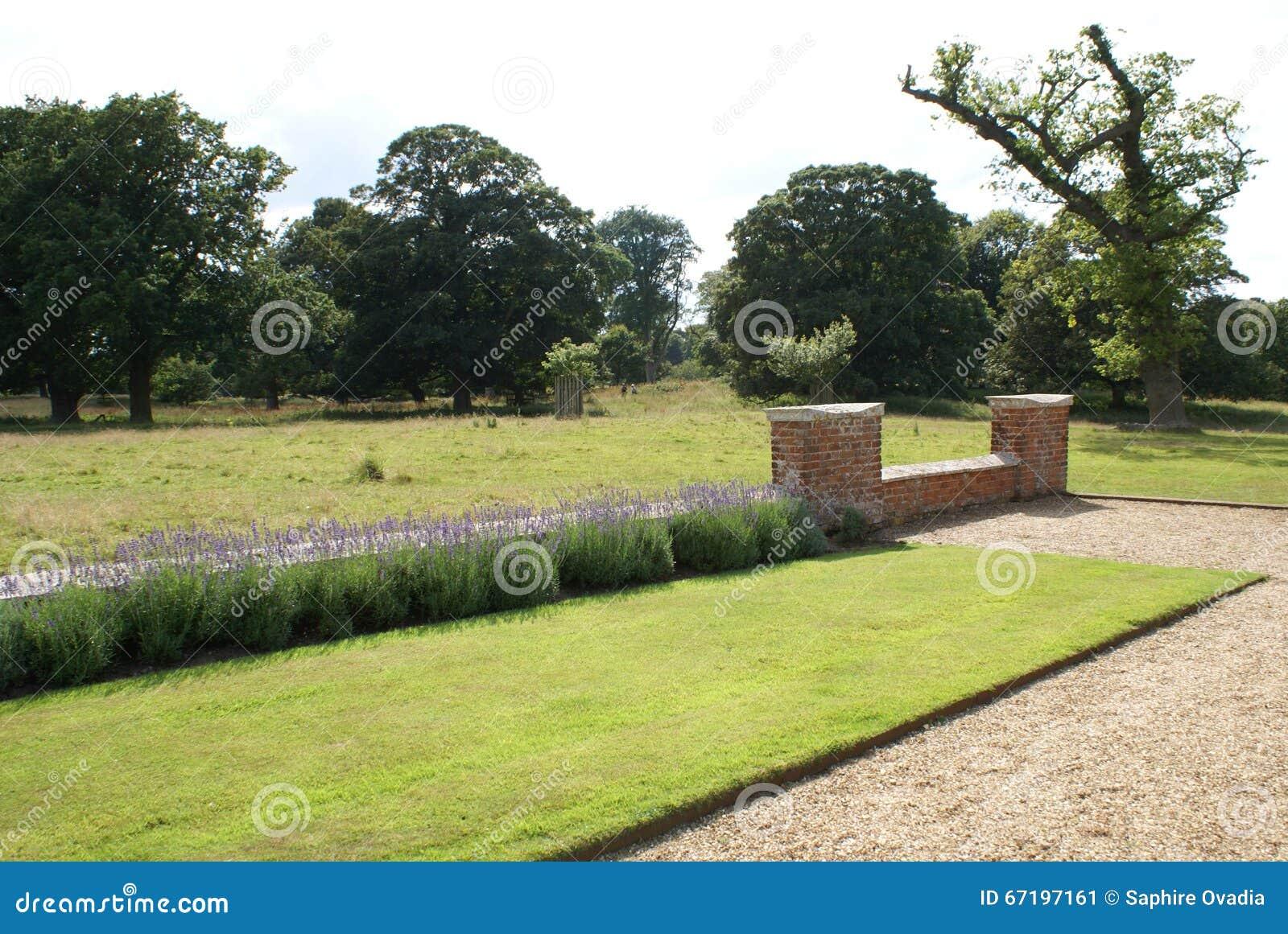 Cour Gravier destiné chemin et mur de gravier de cour image stock - image du formel