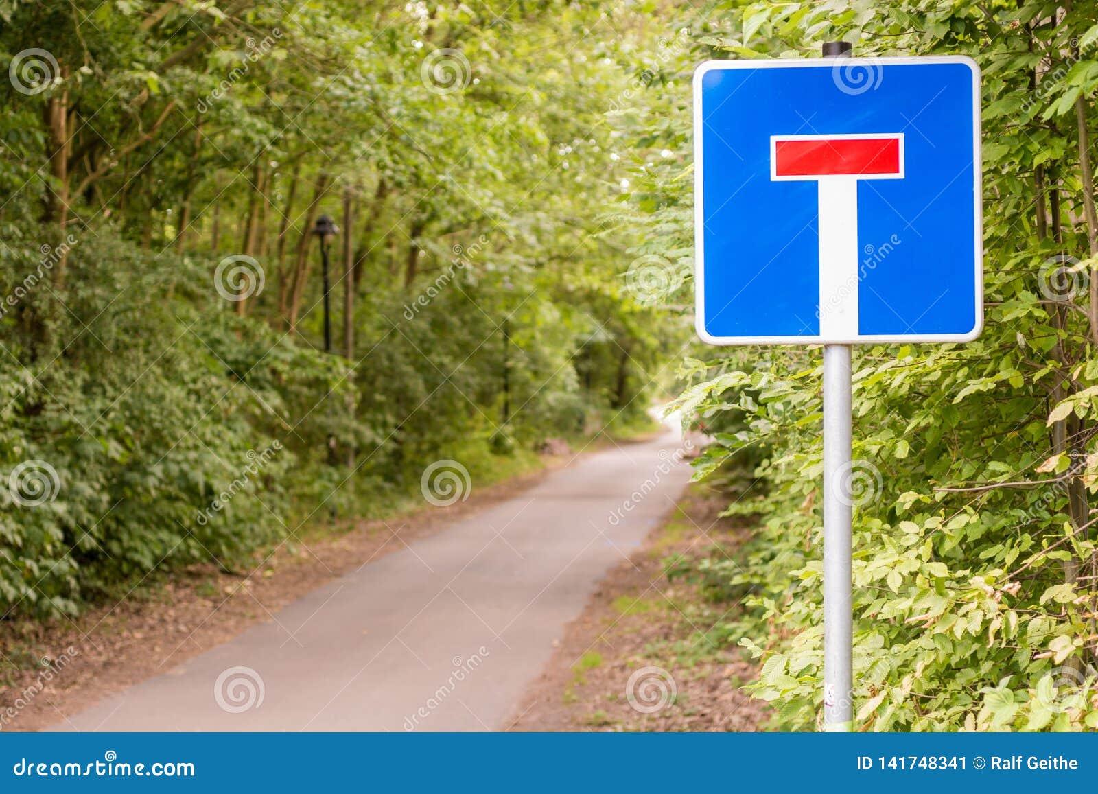Chemin forestier avec le signe comme signe pour un cul-de-sac