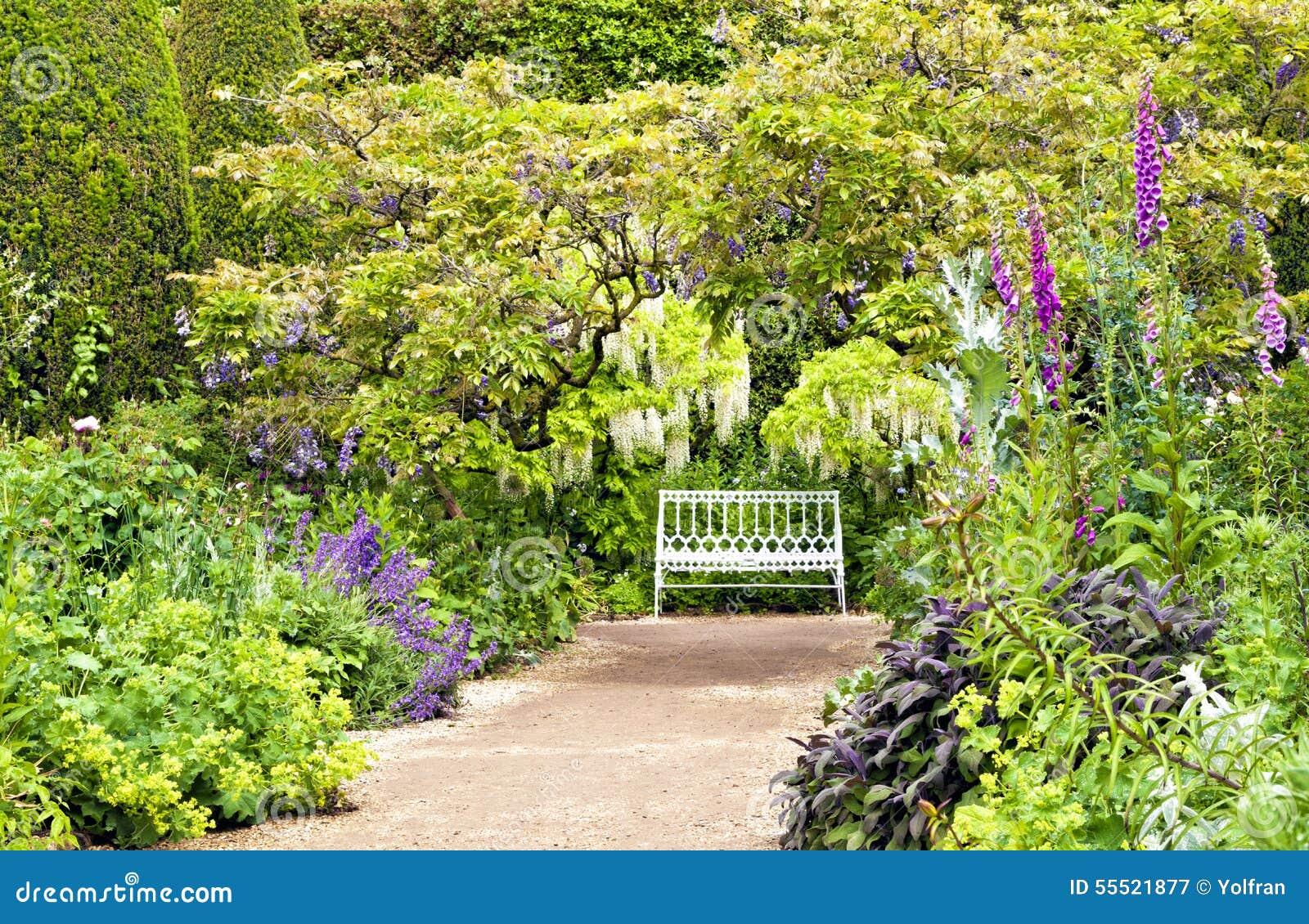 Chemin menant au banc blanc dans le jardin anglais de for Image de jardin anglais