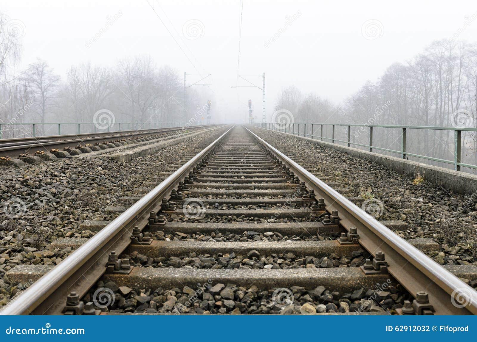 Chemins de fer menant à l horizon flou