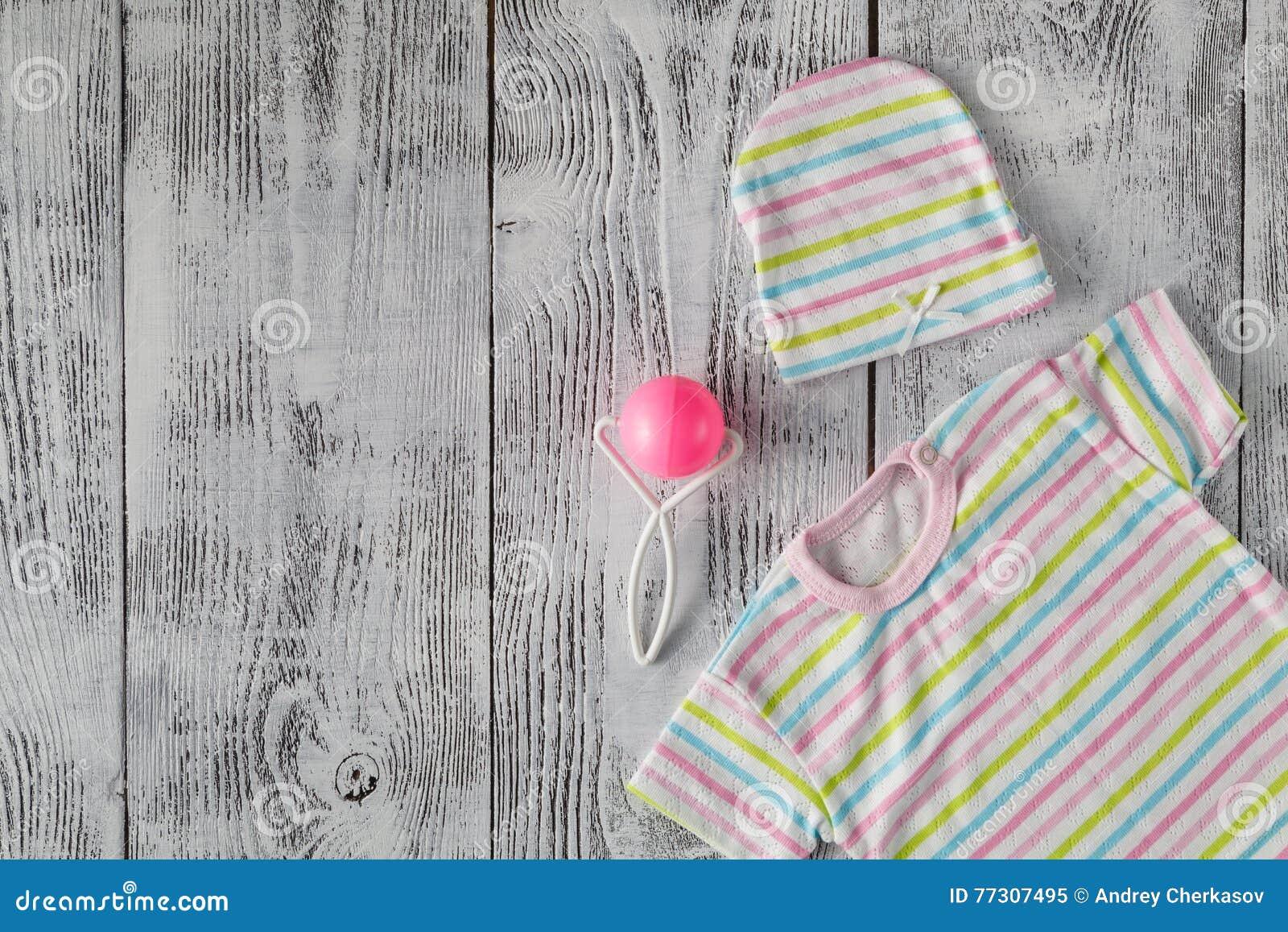 Chemise de bébé sur le bureau en bois voir les mes autres travaux
