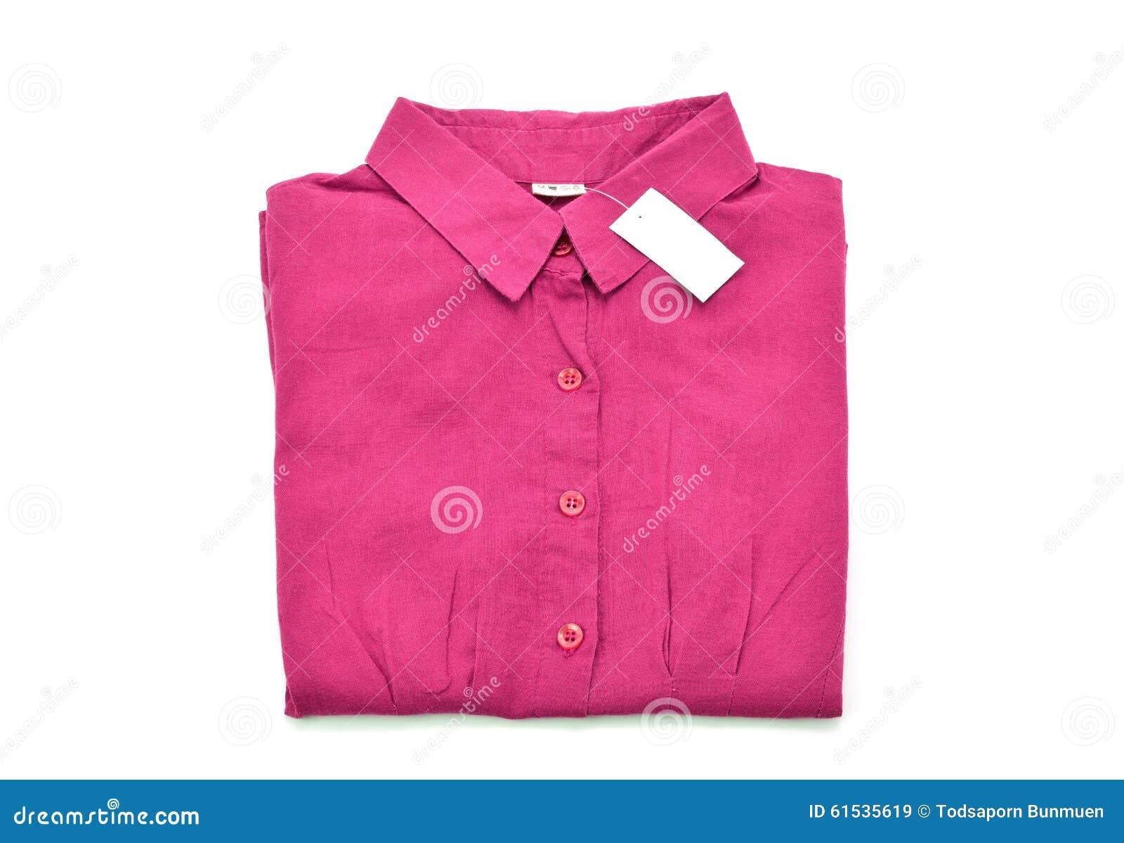 Chemise rouge d isolement sur le fond blanc