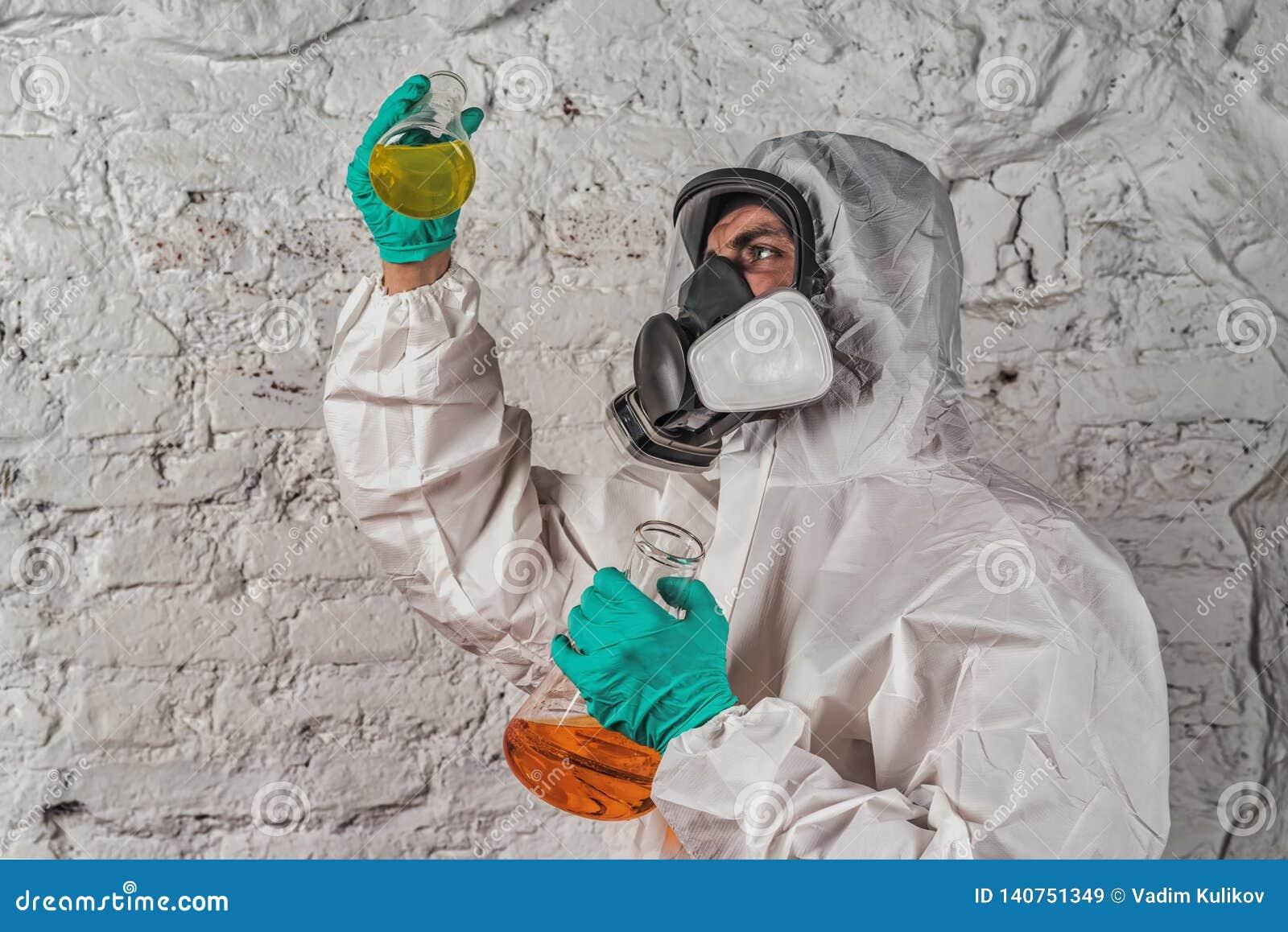 Chercheur masculin analysant le réactif liquide en verrerie de laboratoire