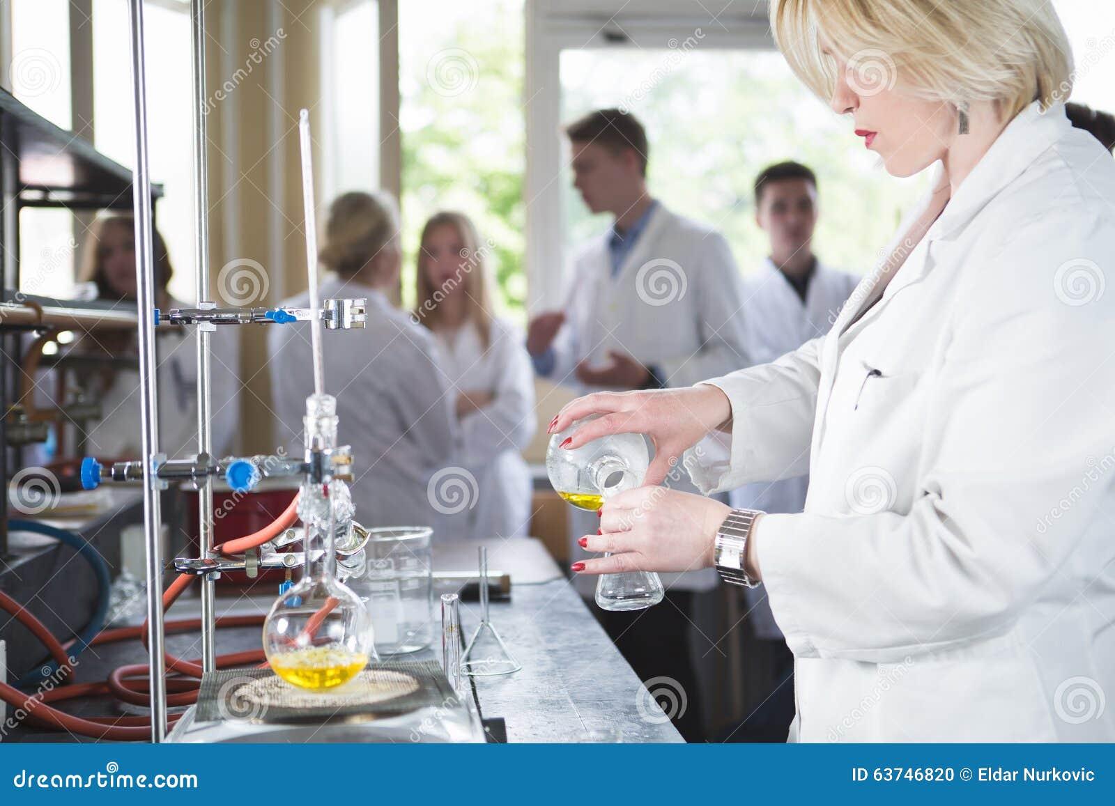 Chercheur scientifique faisant une recherche chimique d expérience Étudiants de la Science travaillant avec des produits chimique