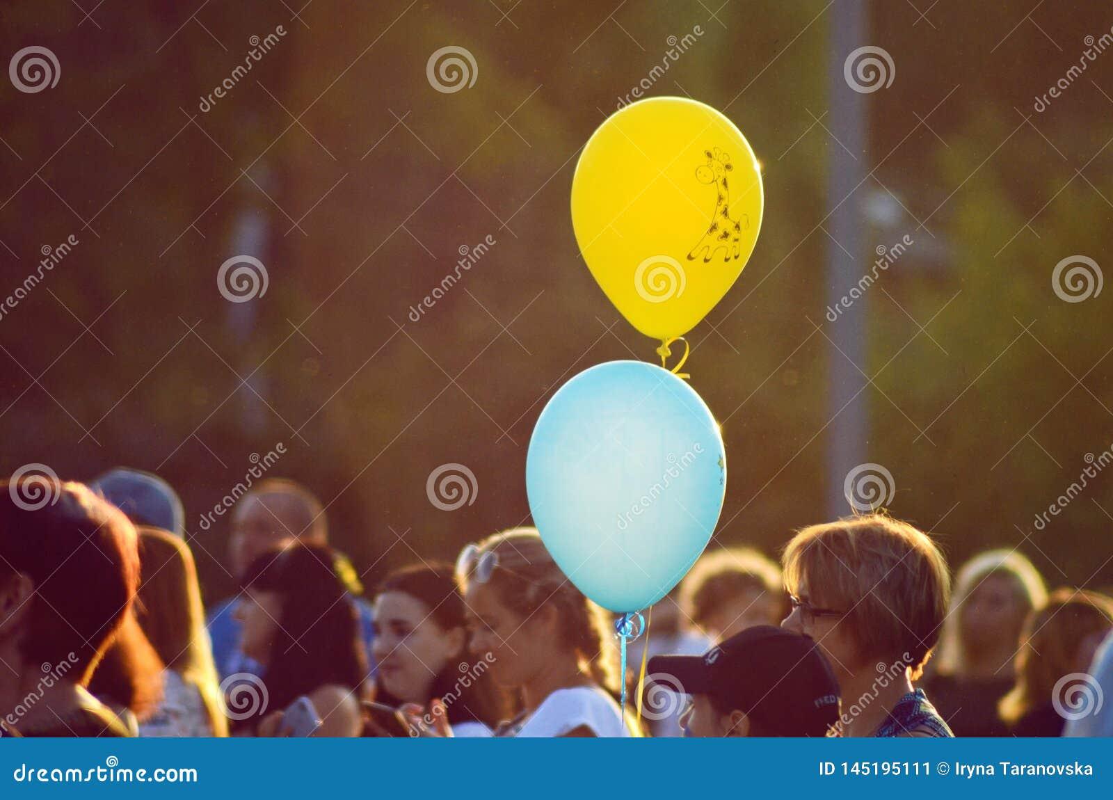 Cherkasy, Ucrania, el 24 de agosto de 2018 - el banquete del Holi en el parque, dos globos en el fondo de la gente