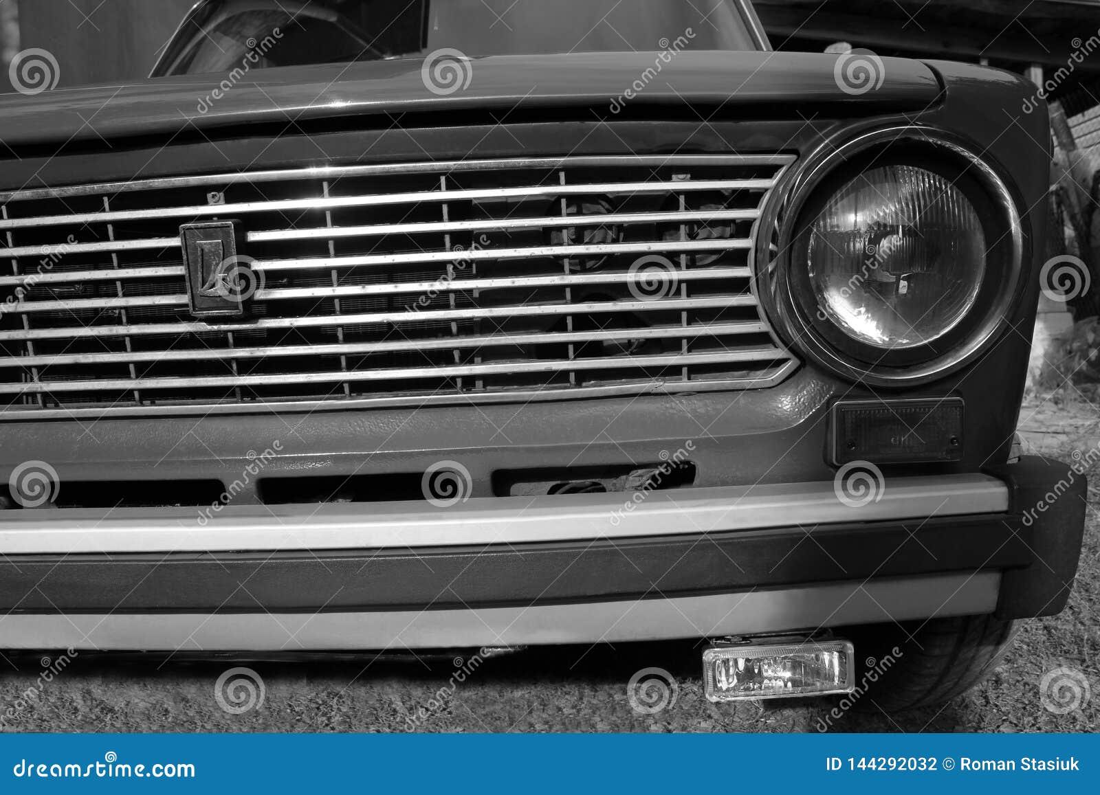 Chernivtsi, Ucr?nia - 13 de setembro de 2018: VAZ idoso 2101 do carro do russo Pequim, foto preto e branco de China
