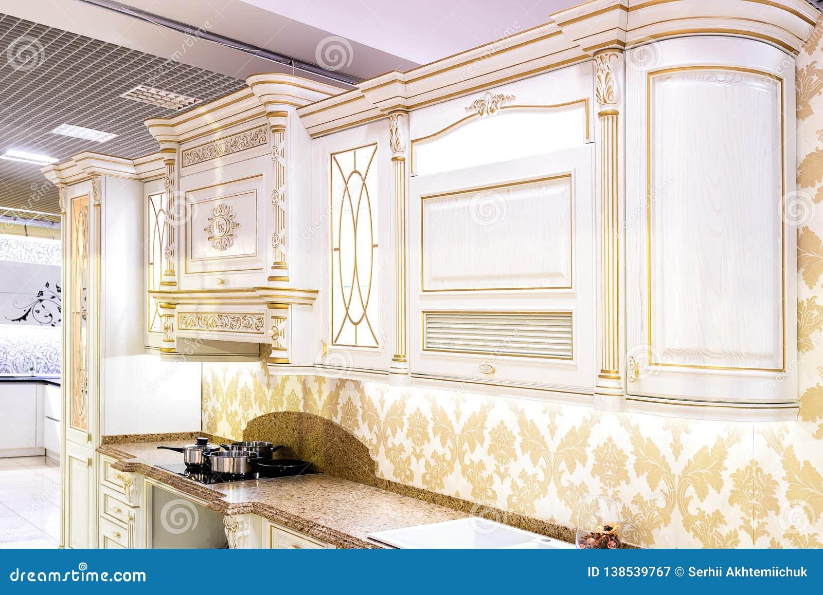 Chernivtsi/Ukraine-01 05 2019: Klassisk stilkök- och matsalinre i beigea herde- färger