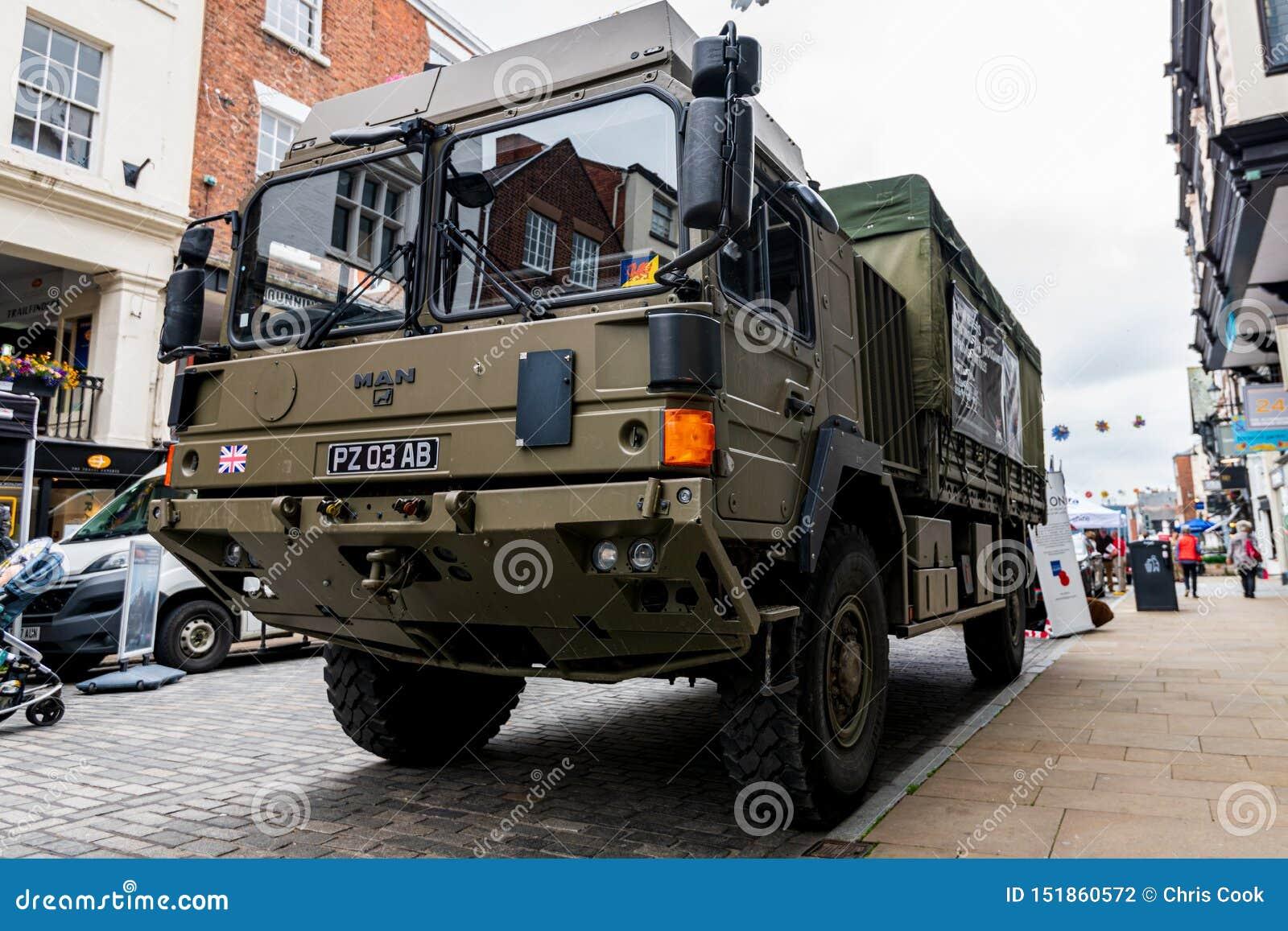 CHESTER, R-U - 26 JUIN 2019 : Un camion de l armée HX60 4x4 posté en Chester City pour recruter pour l armée britannique