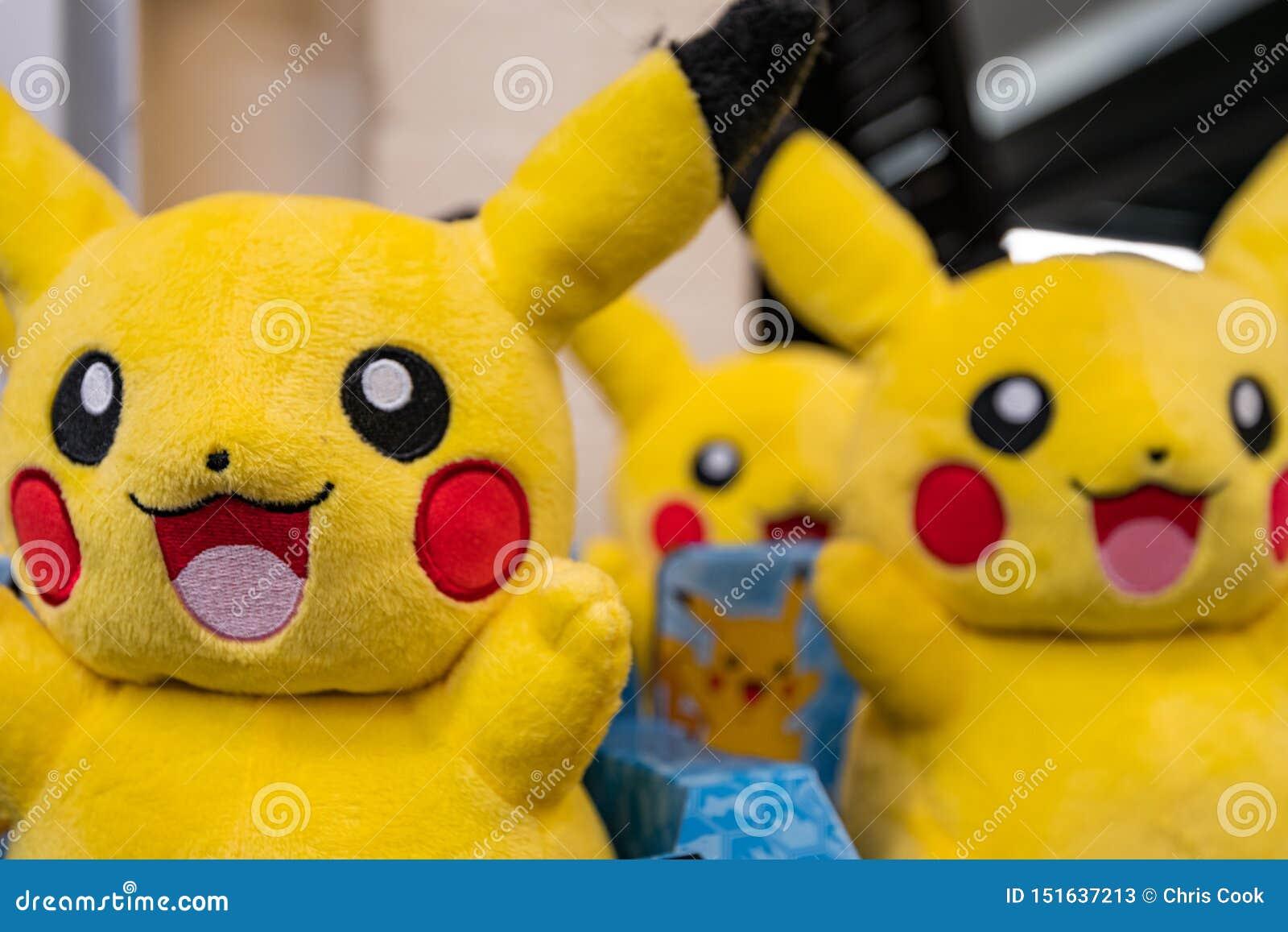 CHESTER UK - 26TH JUNI 2019: Grupper av Pikachu plyscher sitter på en hylla som väntar på upphetsade barn att komma att köpa dem