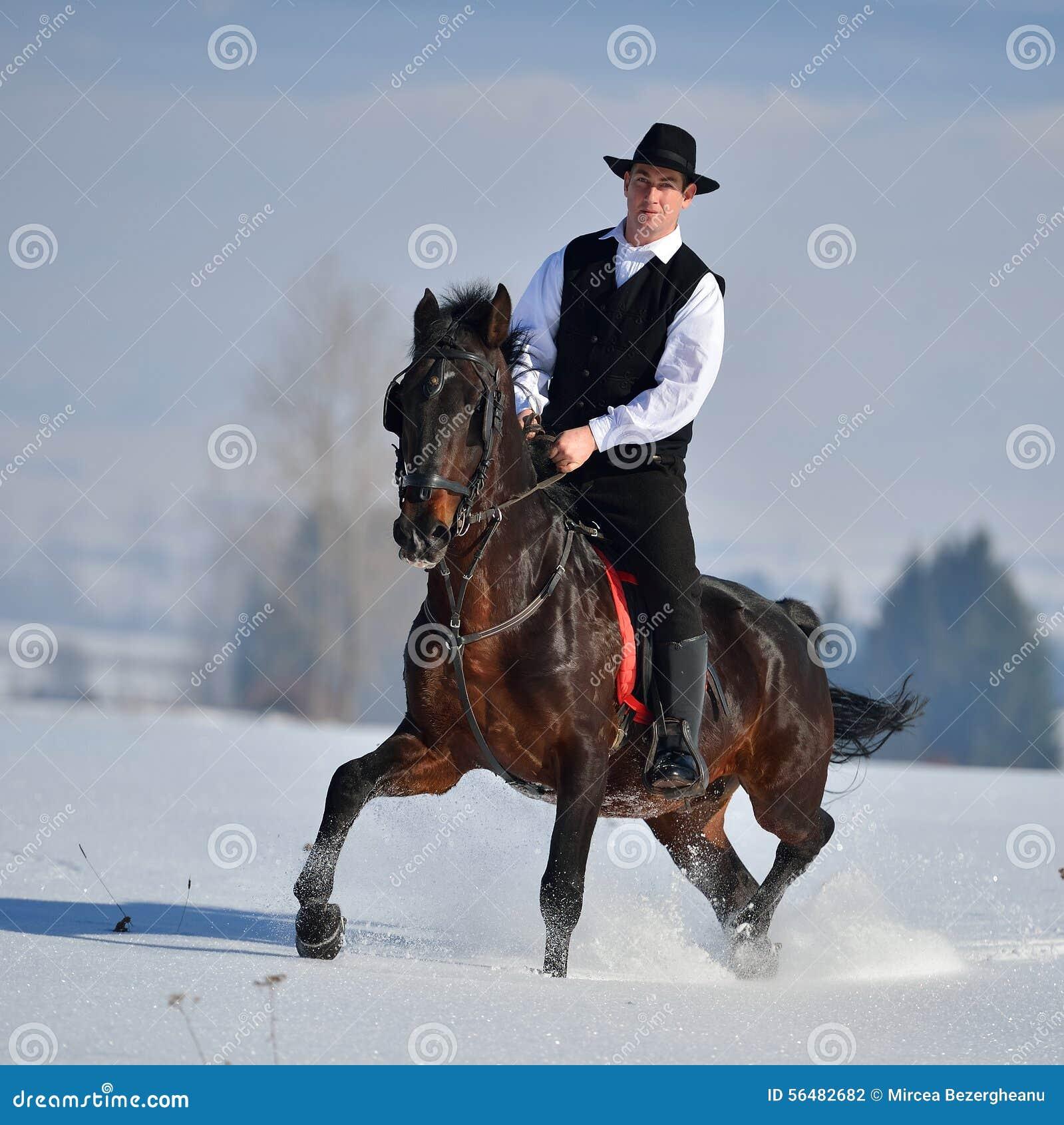 Cheval d équitation de jeune homme extérieur en hiver