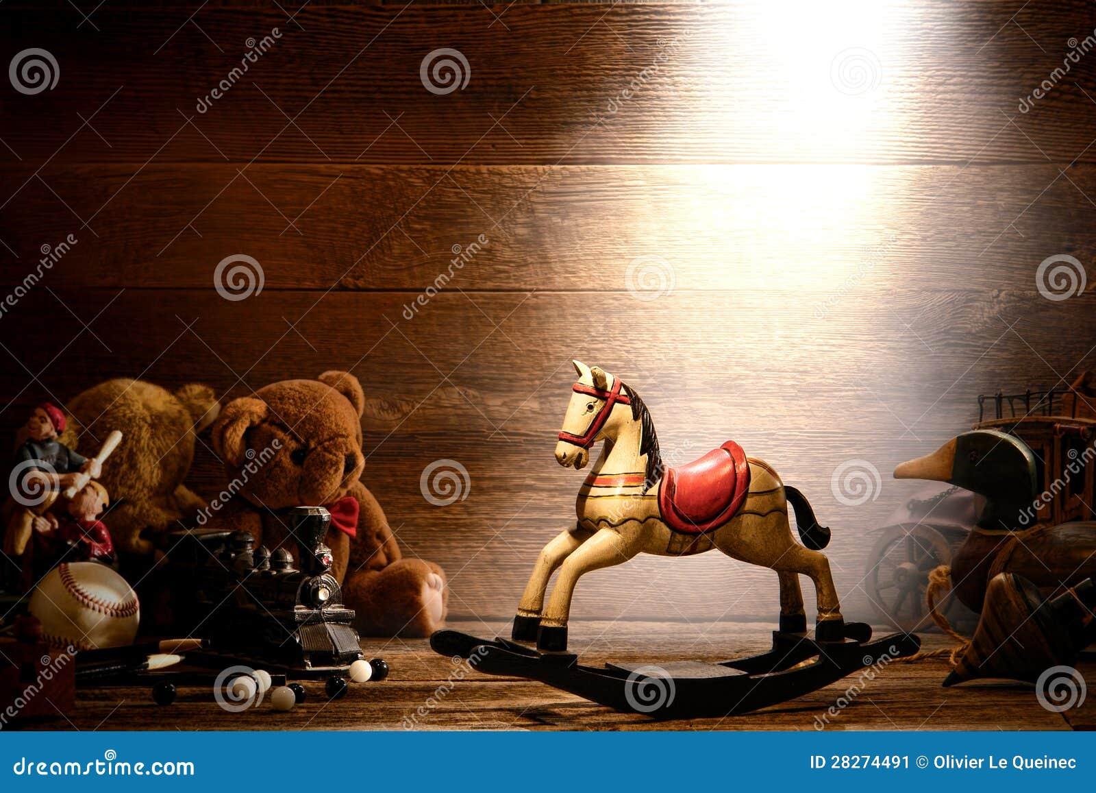 cheval d 39 oscillation en bois de cru et vieux jouets dans le grenier image stock image du roues. Black Bedroom Furniture Sets. Home Design Ideas