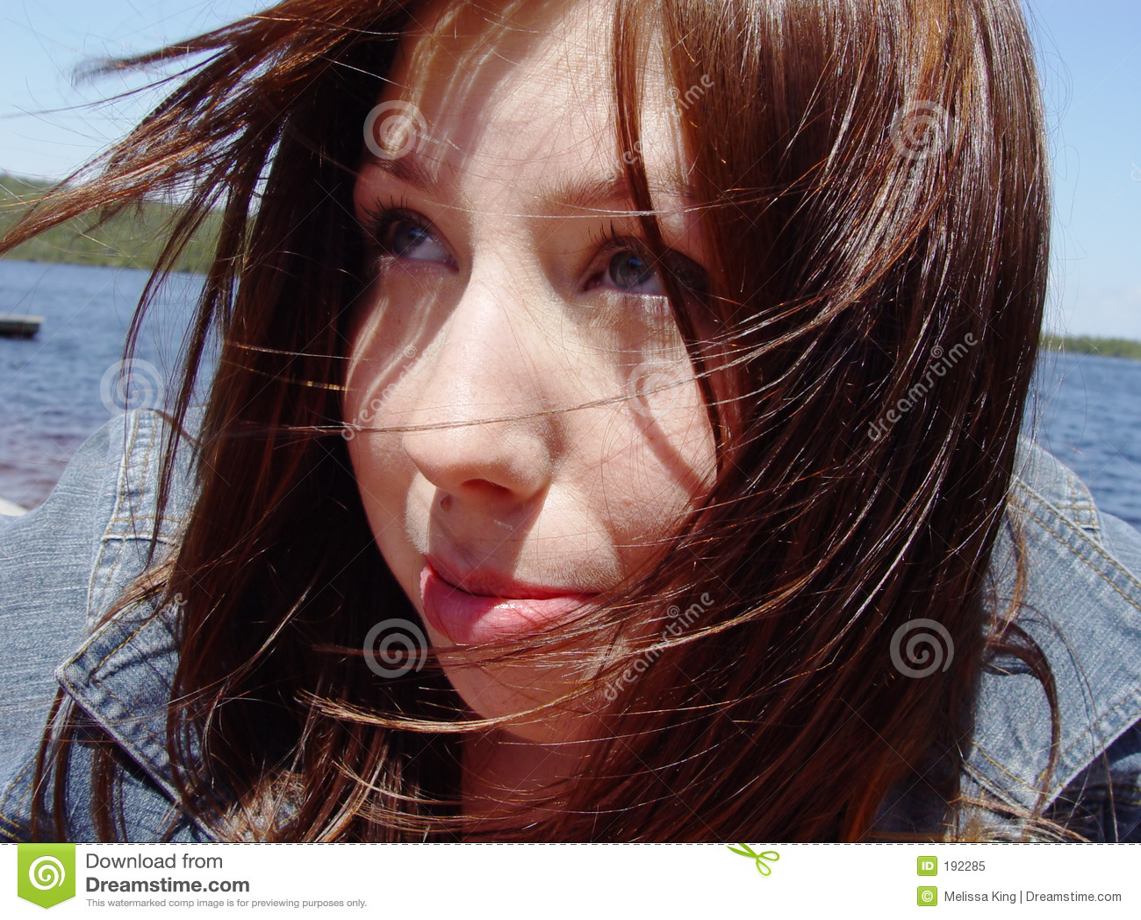 Cheveu de soufflement de femme de son visage