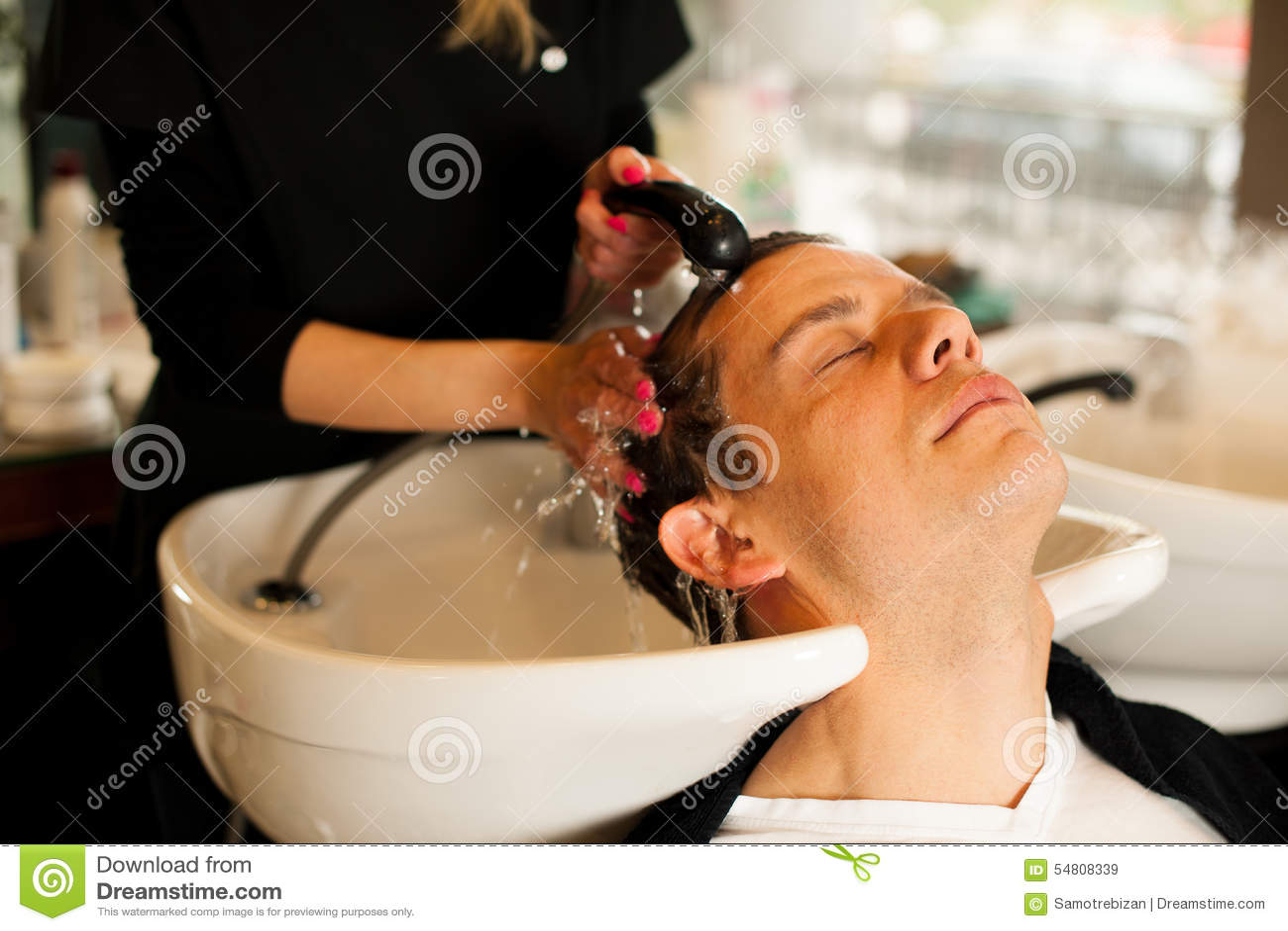 Cheveux De Lavage De Coiffeur Féminin De Client De Sourire D'homme ...