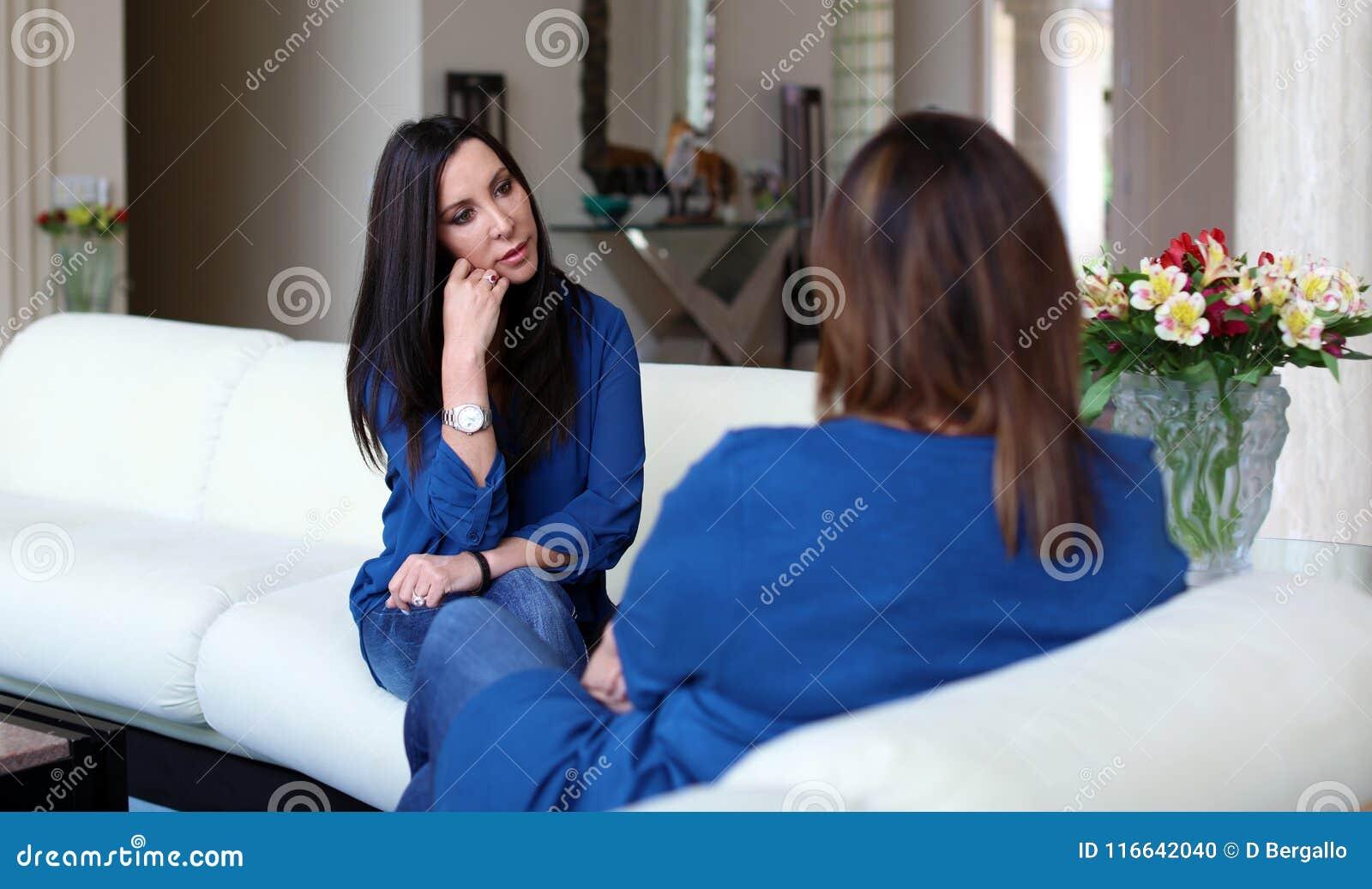 Cheveux foncés de docteur féminin professionnel de psychologue avec le patient Mère et fille partageant un temps positif