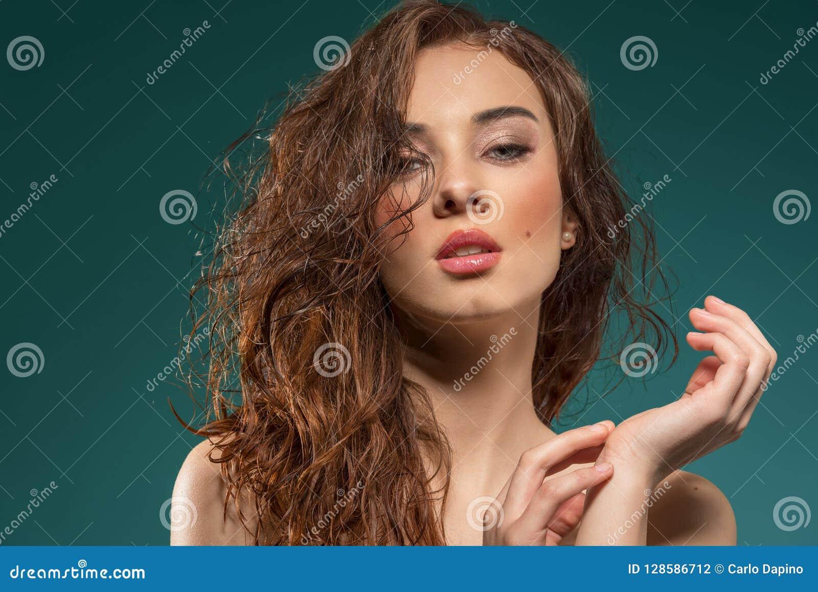 Cheveux humides de femme sensuelle sur le vert sur le vert