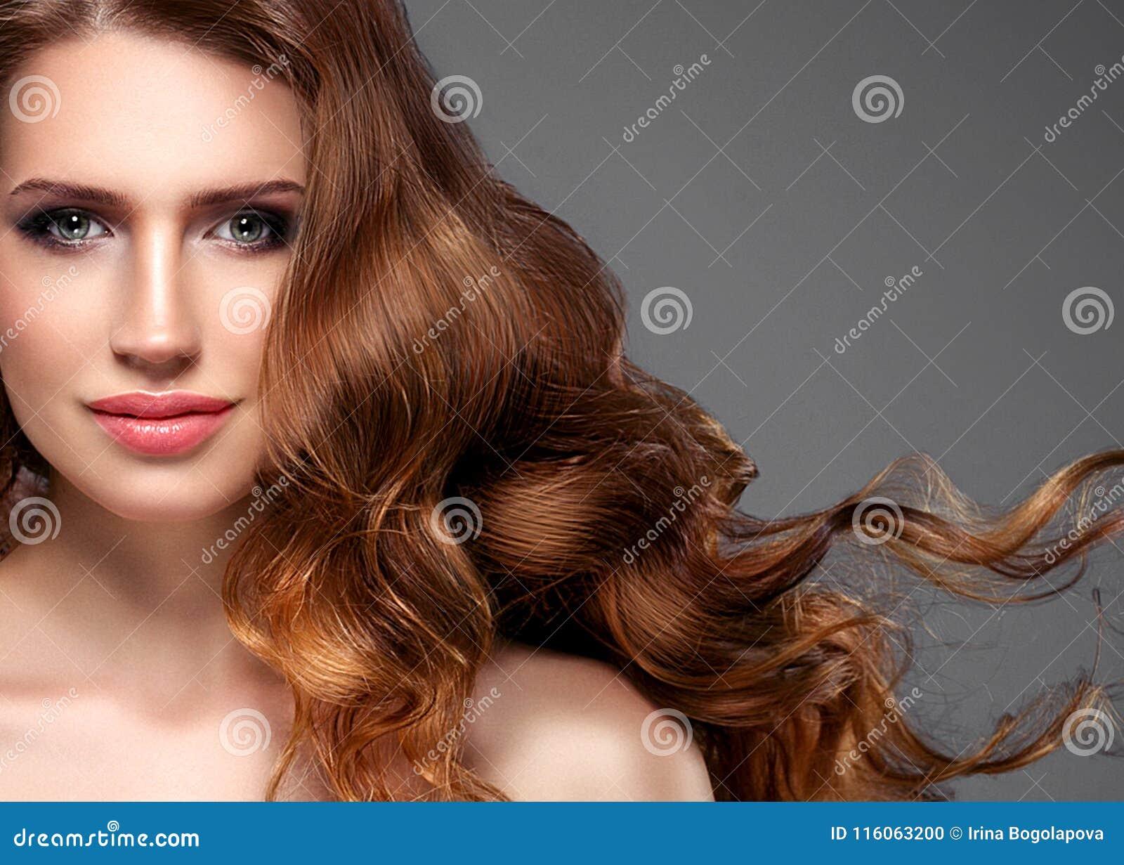 Cheveux noirs de femme de beauté longs Belle fille de modèle de station thermale avec la peau propre fraîche parfaite Femme de br