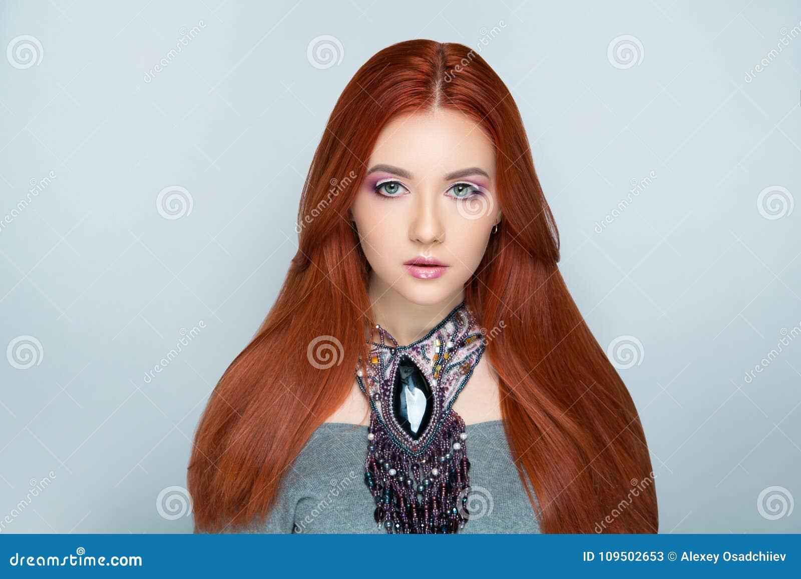 Cheveux oranges lumineux de femme