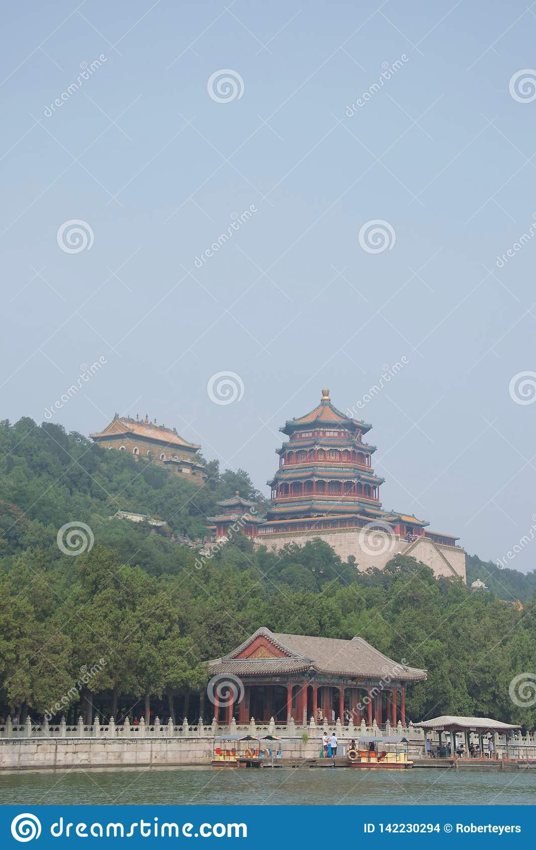 Chińska pagodowa świątynia w lesie nad lakeshore