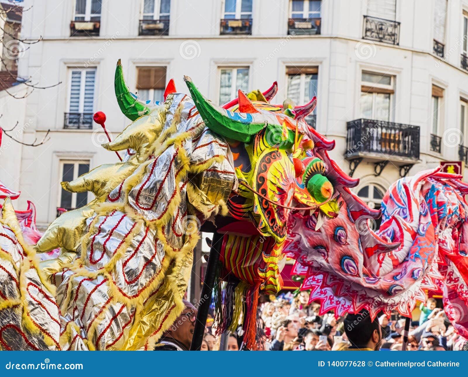 Chiński nowy rok 2019 Paryski Francja - smoka taniec