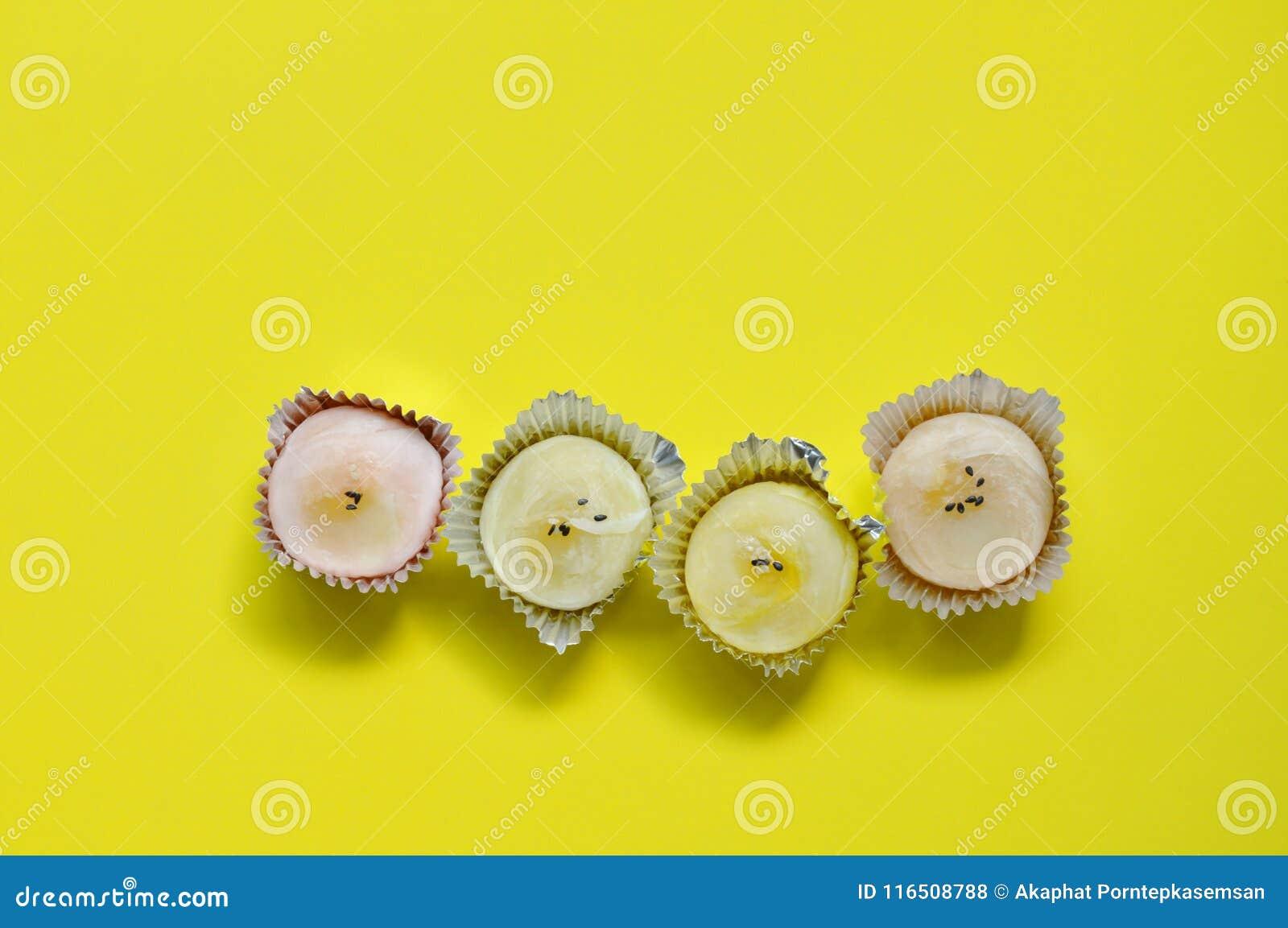 Chińczyka tort faszerujący mashed słodkiej bobowej polewy czarny i biały sezamu w tacy na żółtym tle